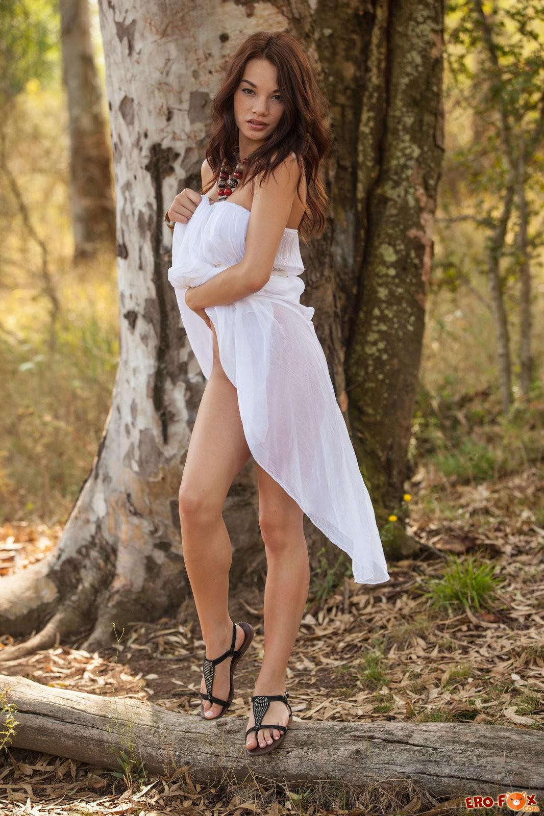 Голая красотка раздвинула ноги в лесу