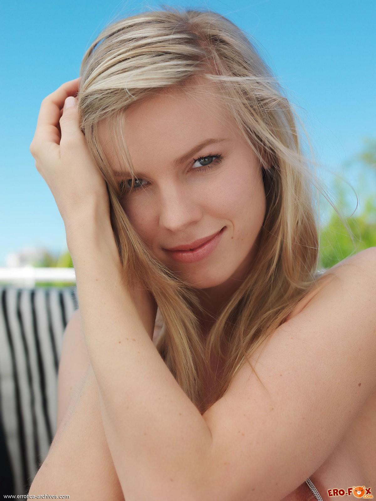 Сексуальная обнажённая блондинка