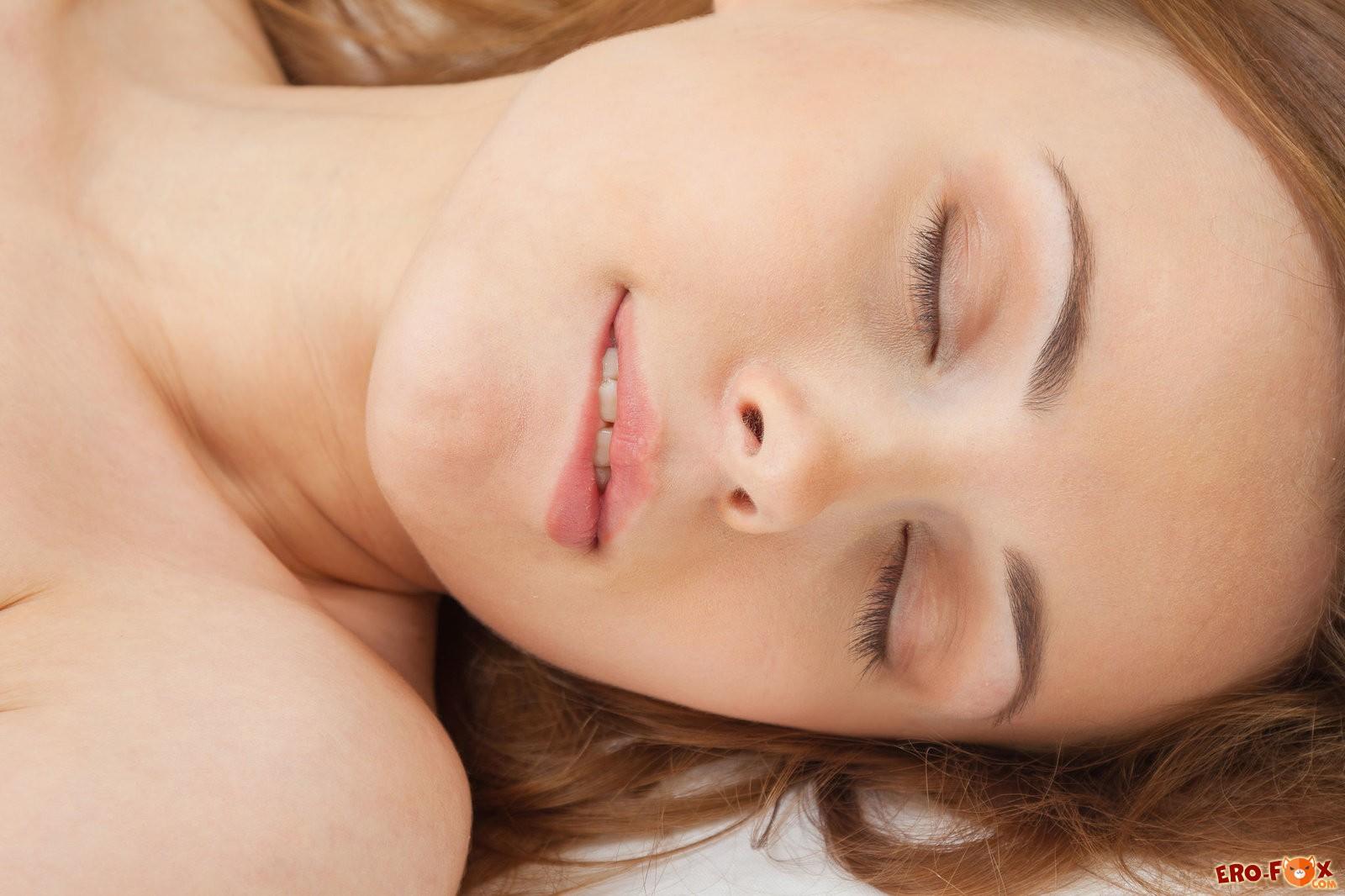 Девушка нежно ласкает киску в постели
