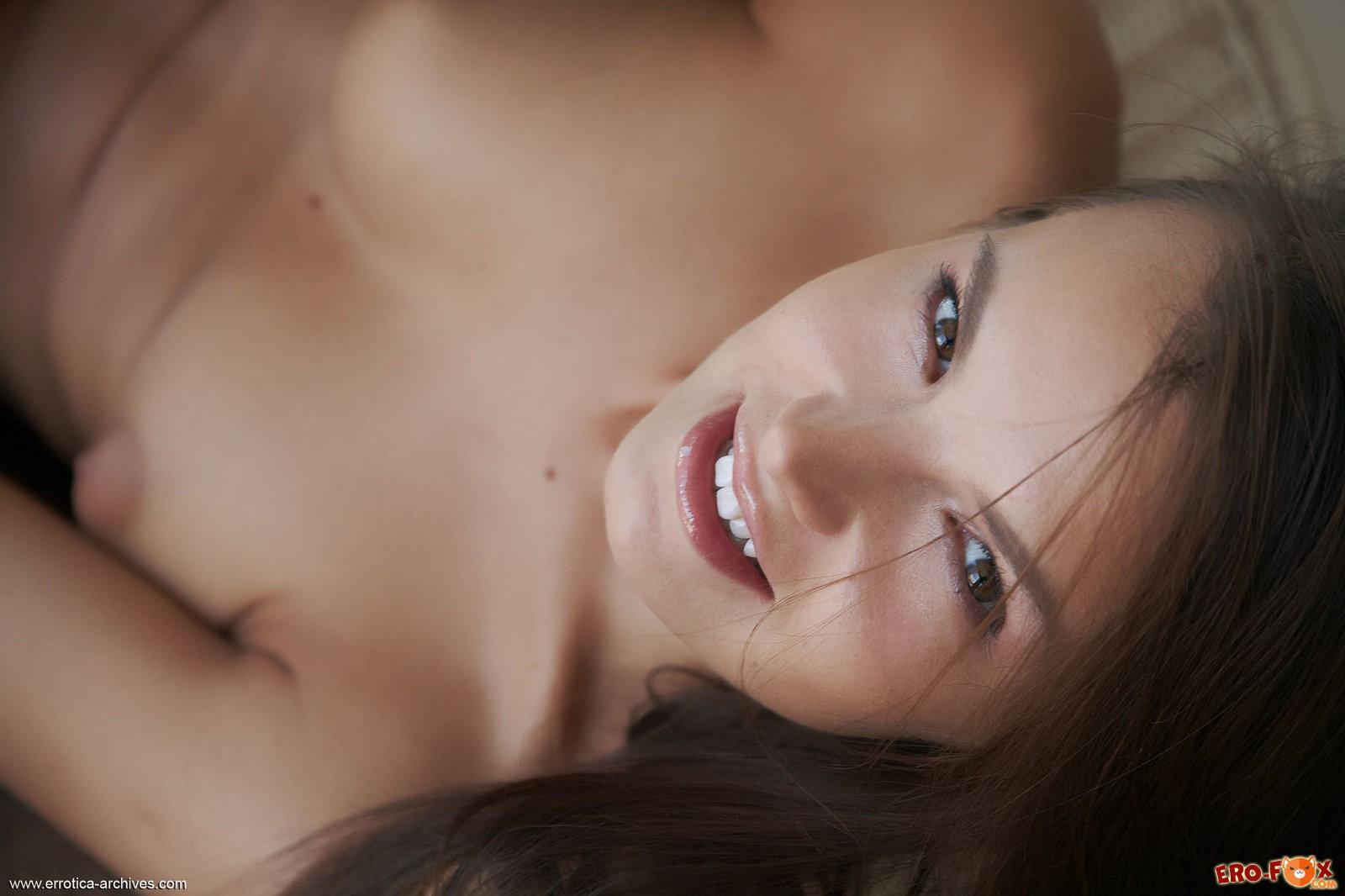Голая девушка стоит раком жопой к камере