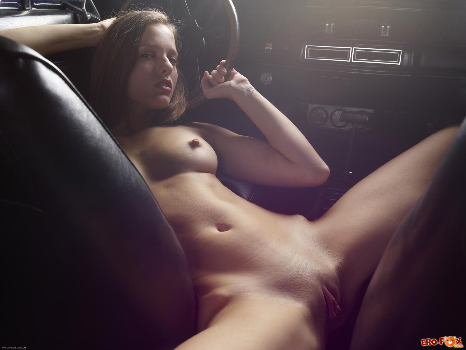 Сексуальная голая девка в  машине