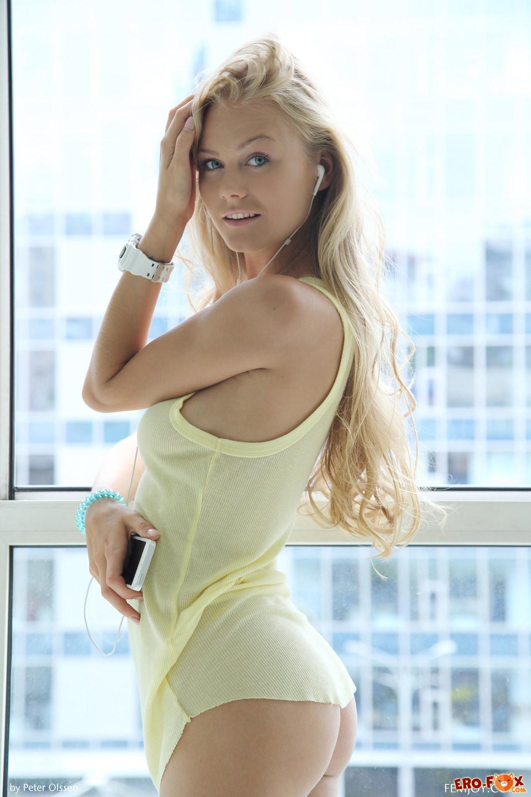 Красивая блондинка раздвинула ноги перед фото камерой.