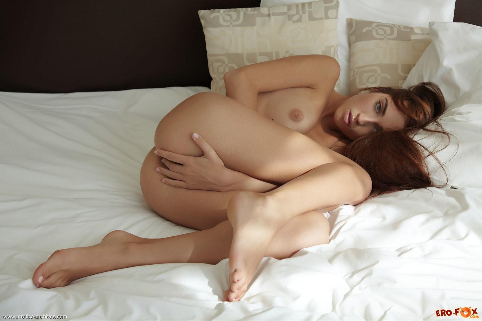 Рыжая бестия позирует в постели