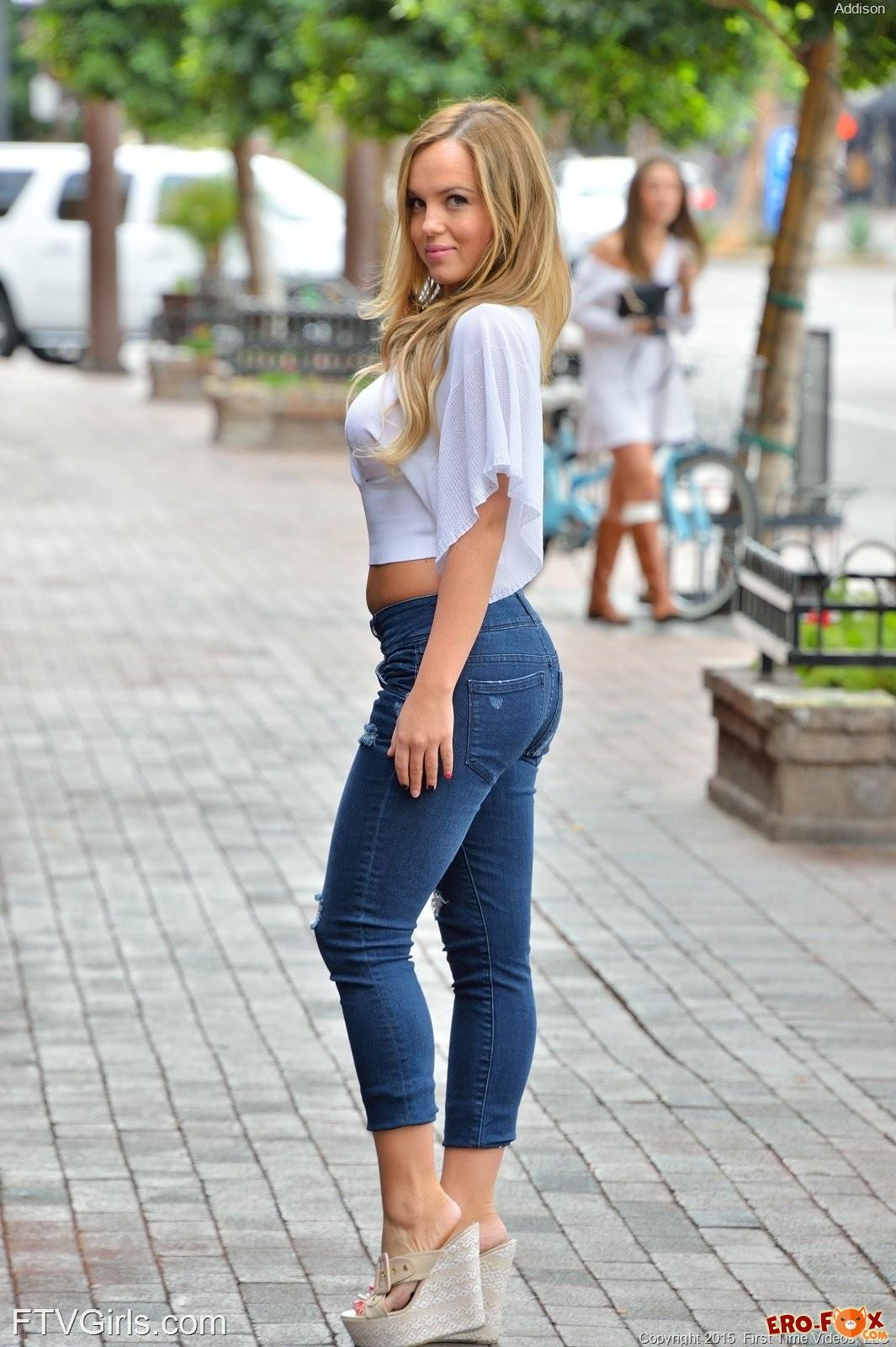 Сняла лифчик и джинсы на улице