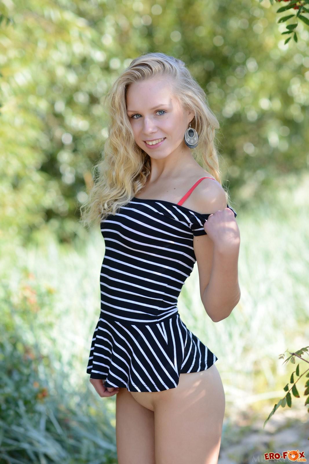 Русская девушка разделась на природе