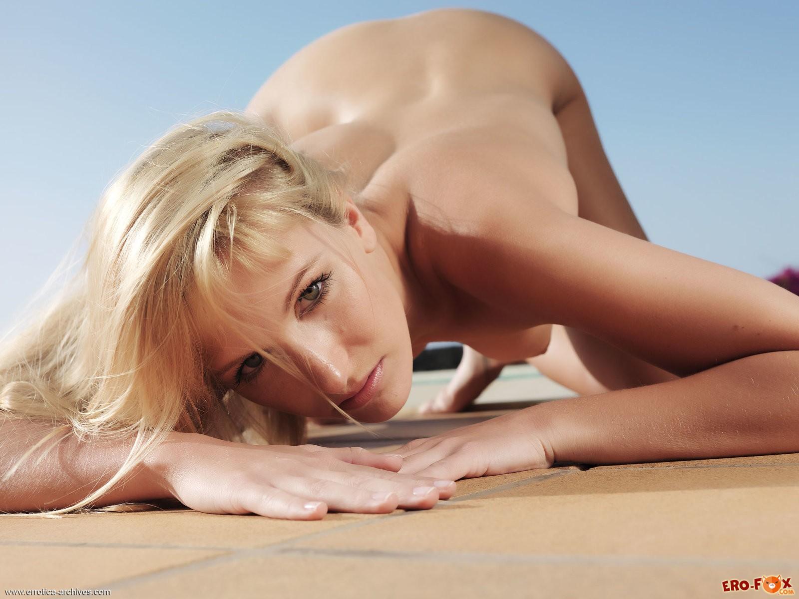 Сочная блондинка показывает бритую письку крупно