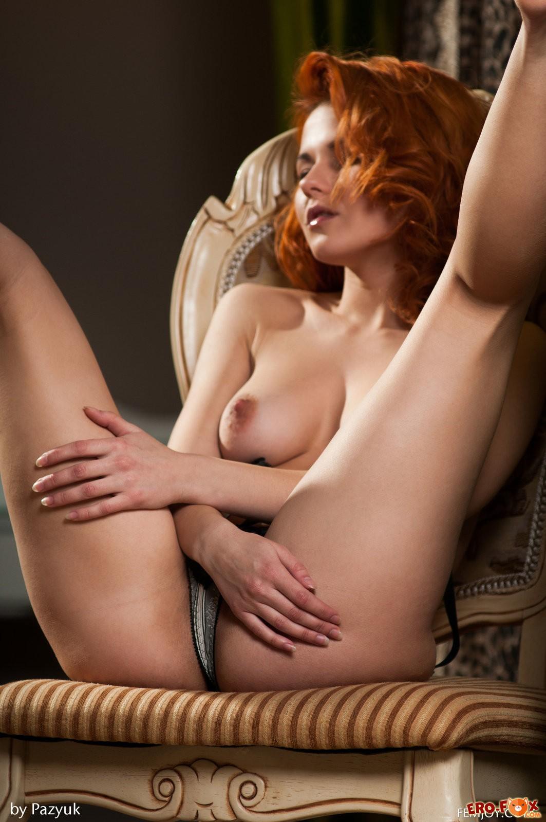 Рыжая дама сняла нижнее бельё и показала себя