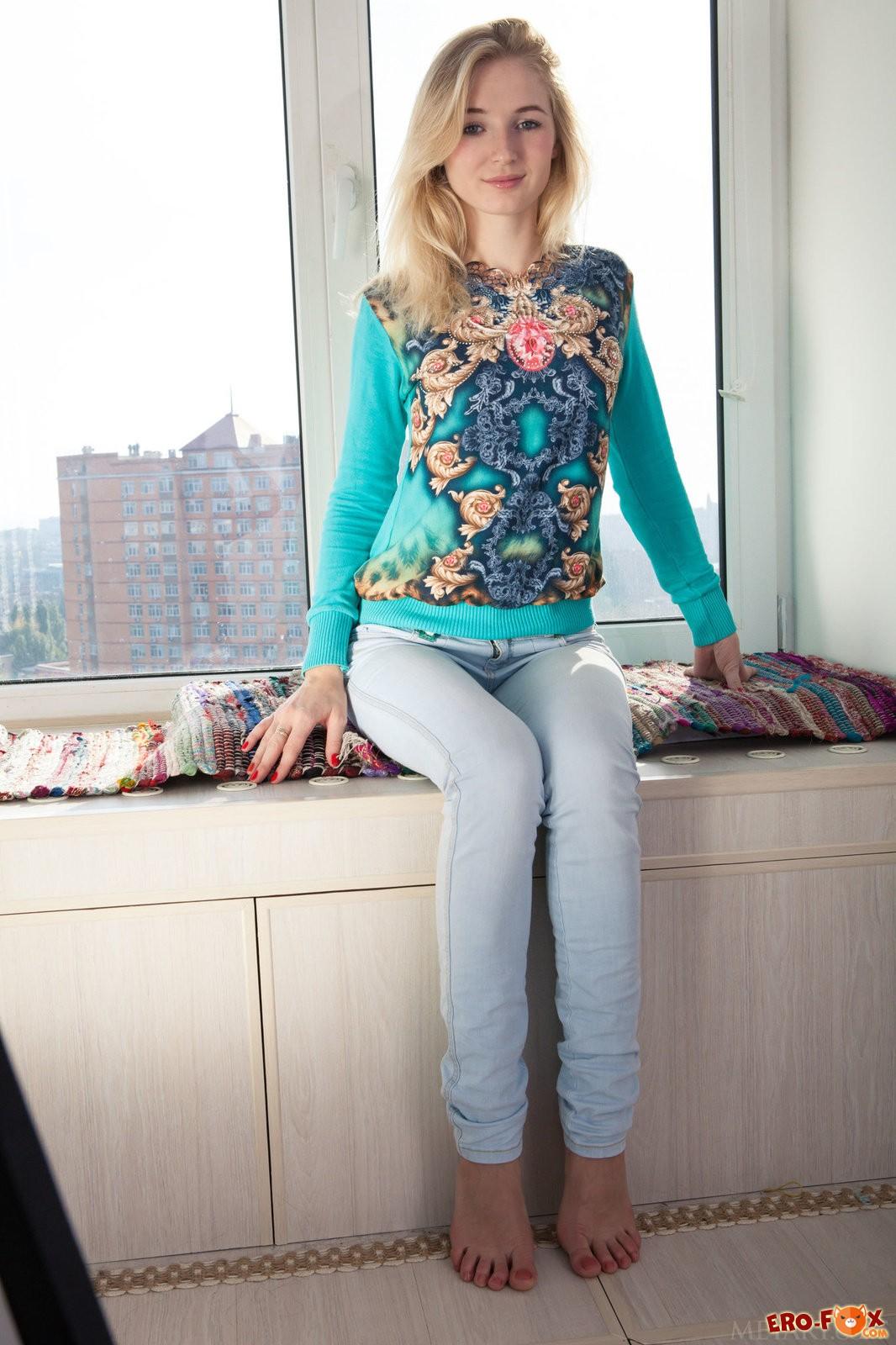 Девушка сняв джинсы показывает голую упругую попку