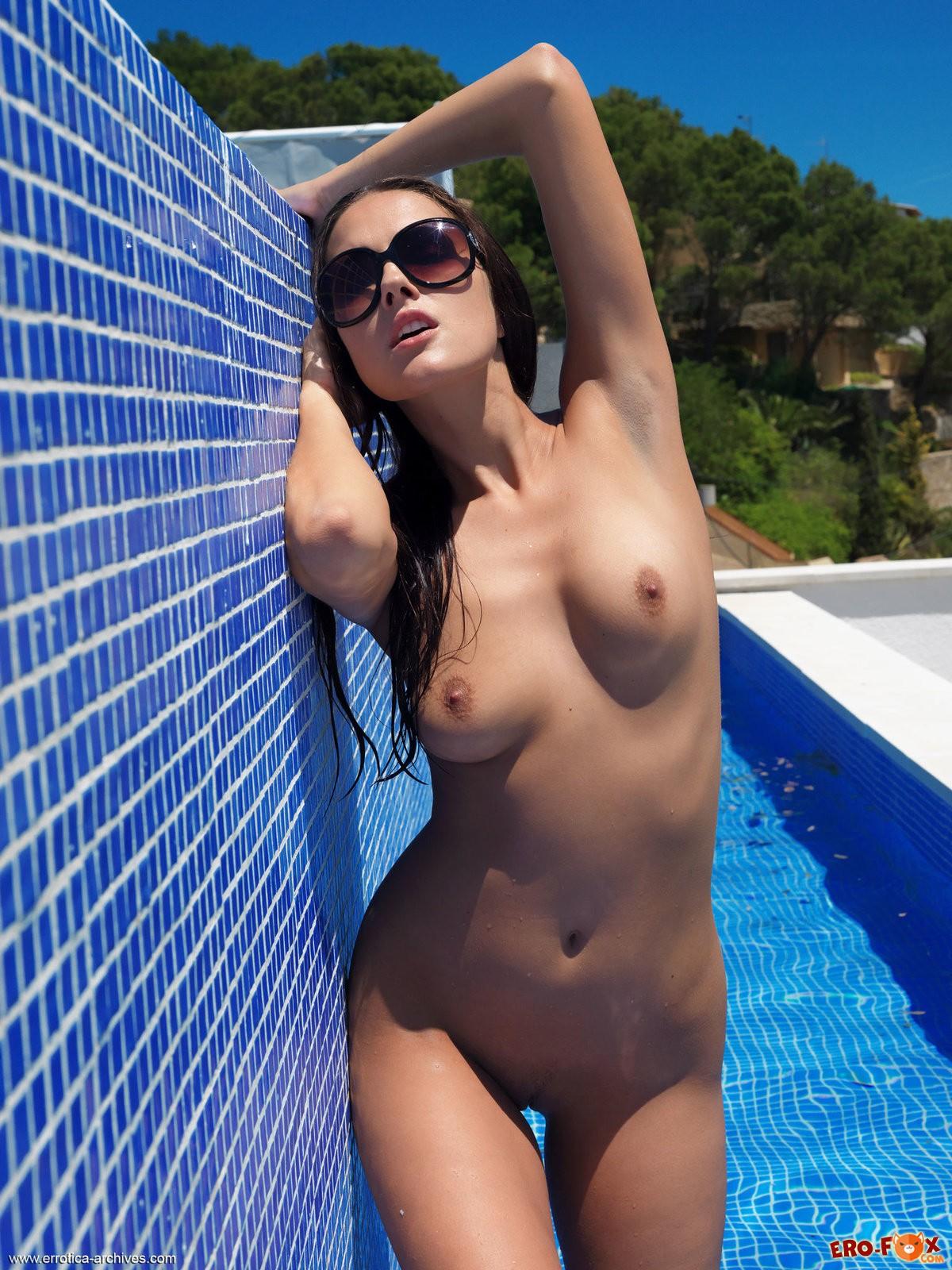 Сексуальная голая девушка возле бассейна
