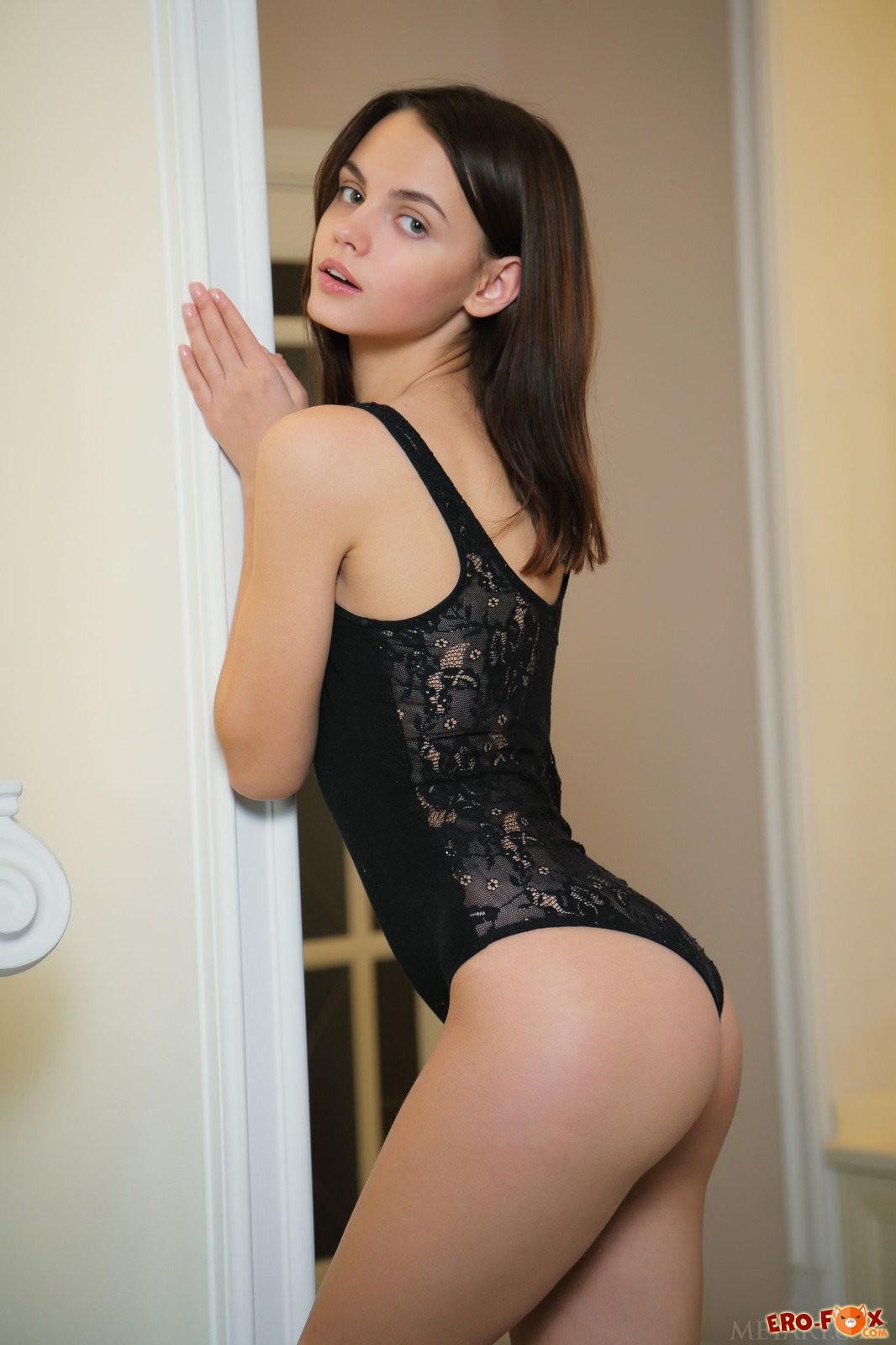 Сексуальная молодая брюнетка с бритой киской