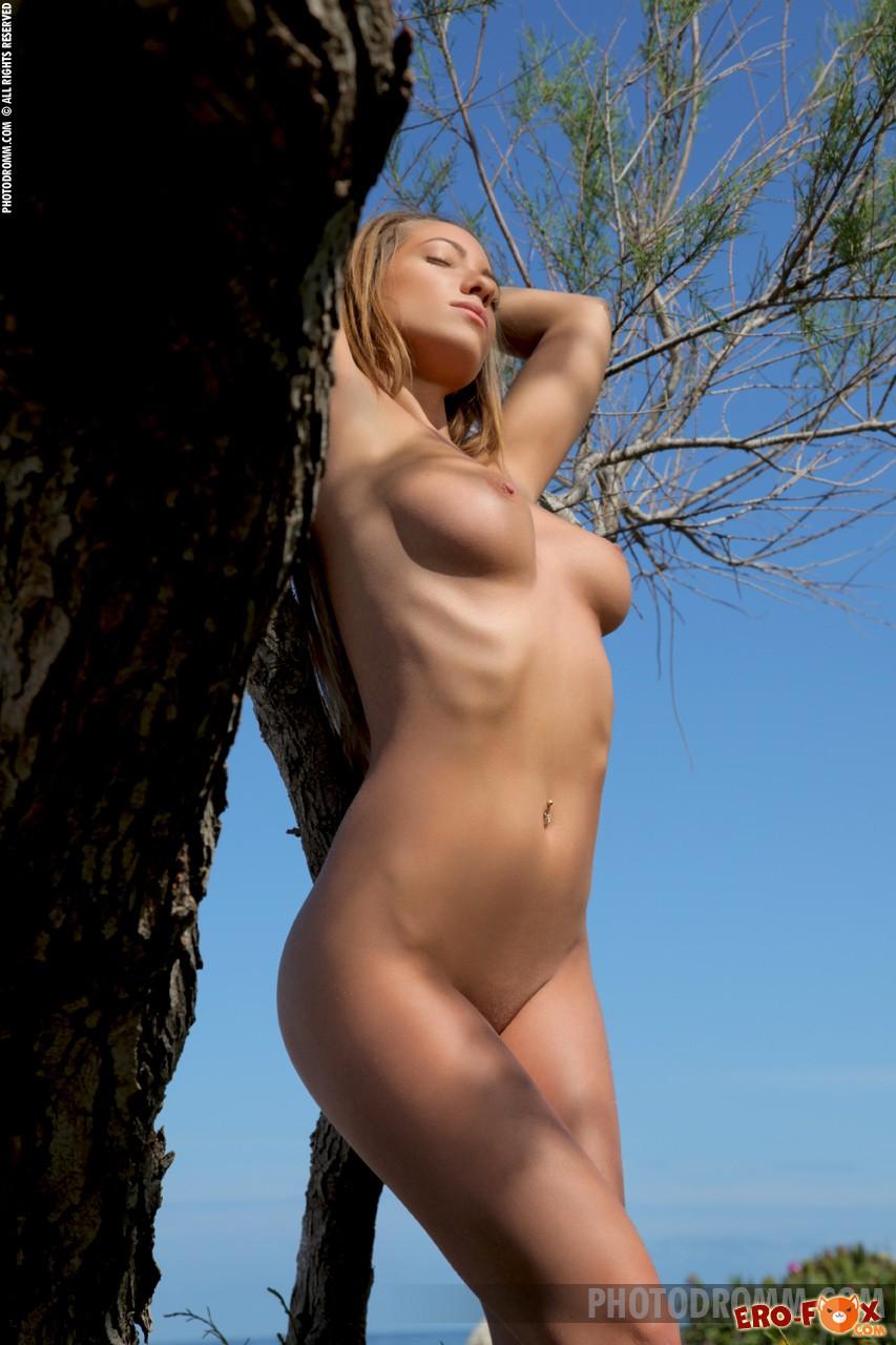 Голая девушка с большой упругой грудью