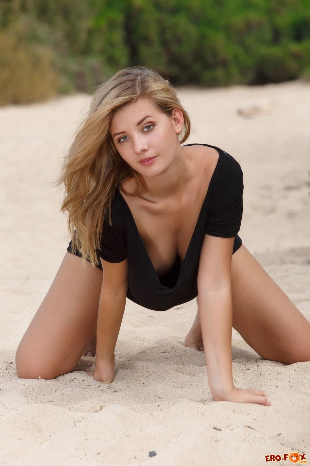 Аппетитная блондинка с красивым голым телом