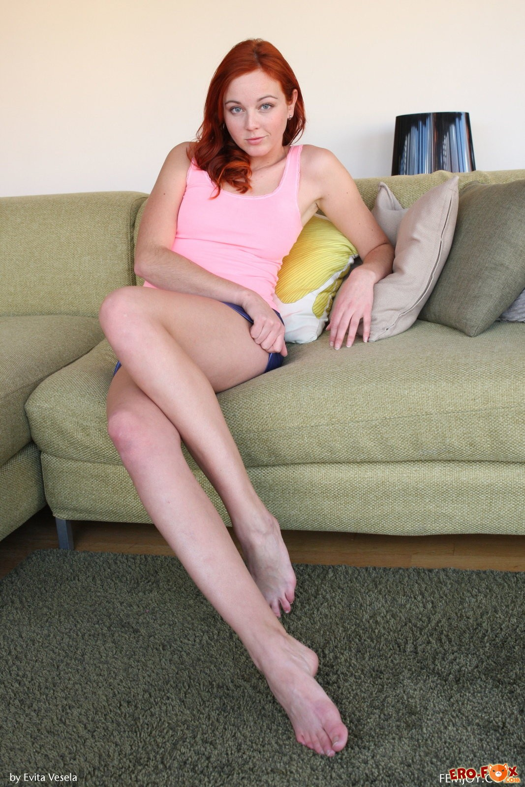 Голенькая рыжая тёлка на диване