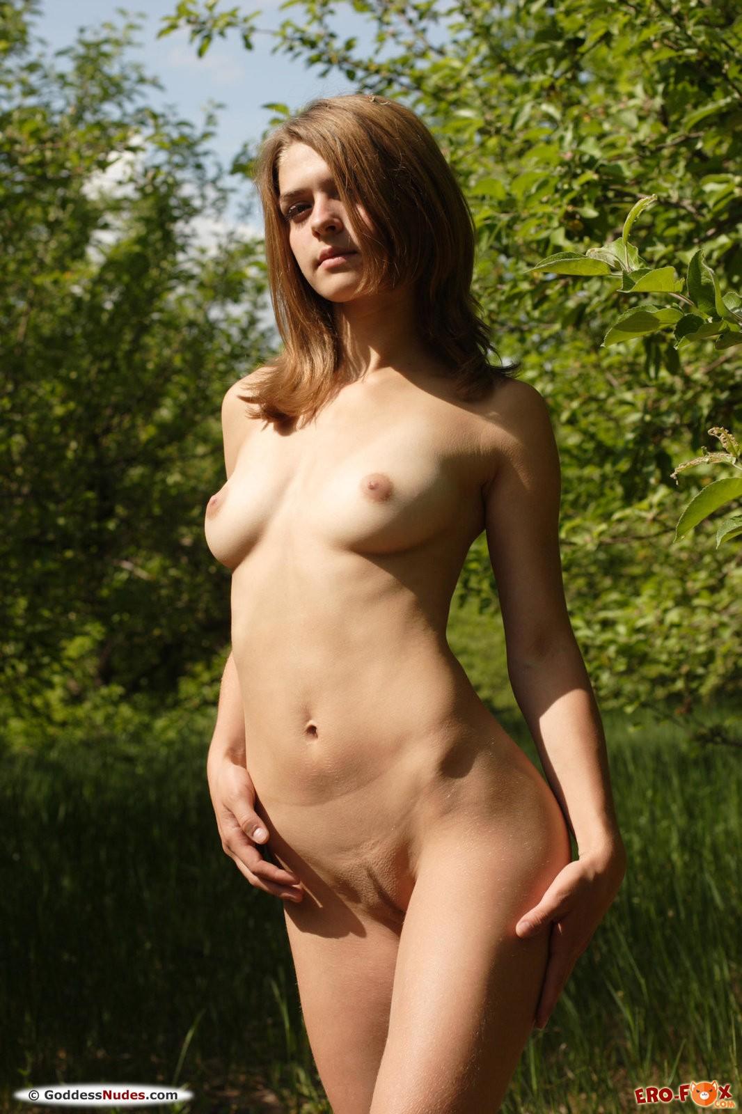 Сексуальная голая девушка отдыхает на природе