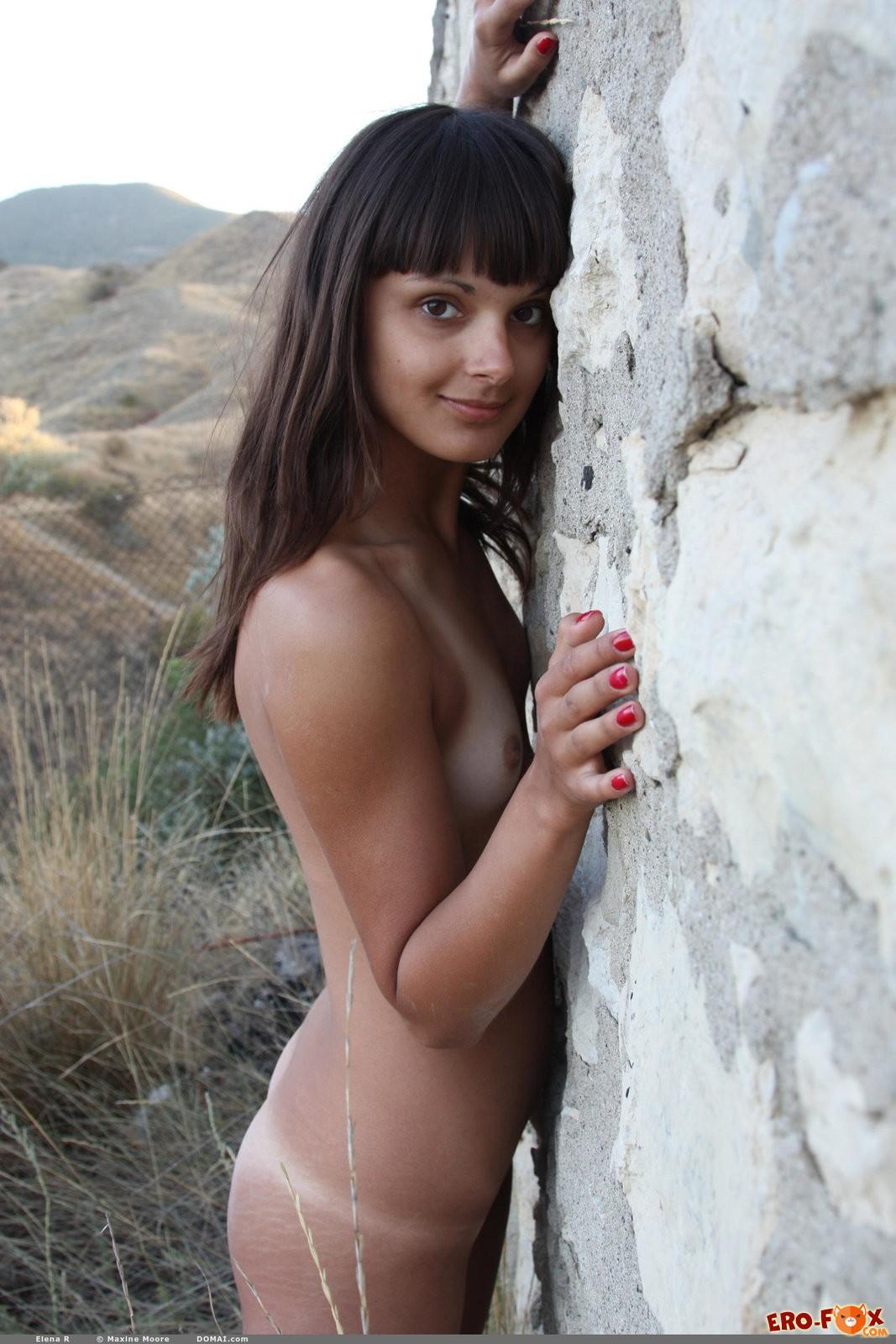 Голая девушка с сиськами нулевого размера