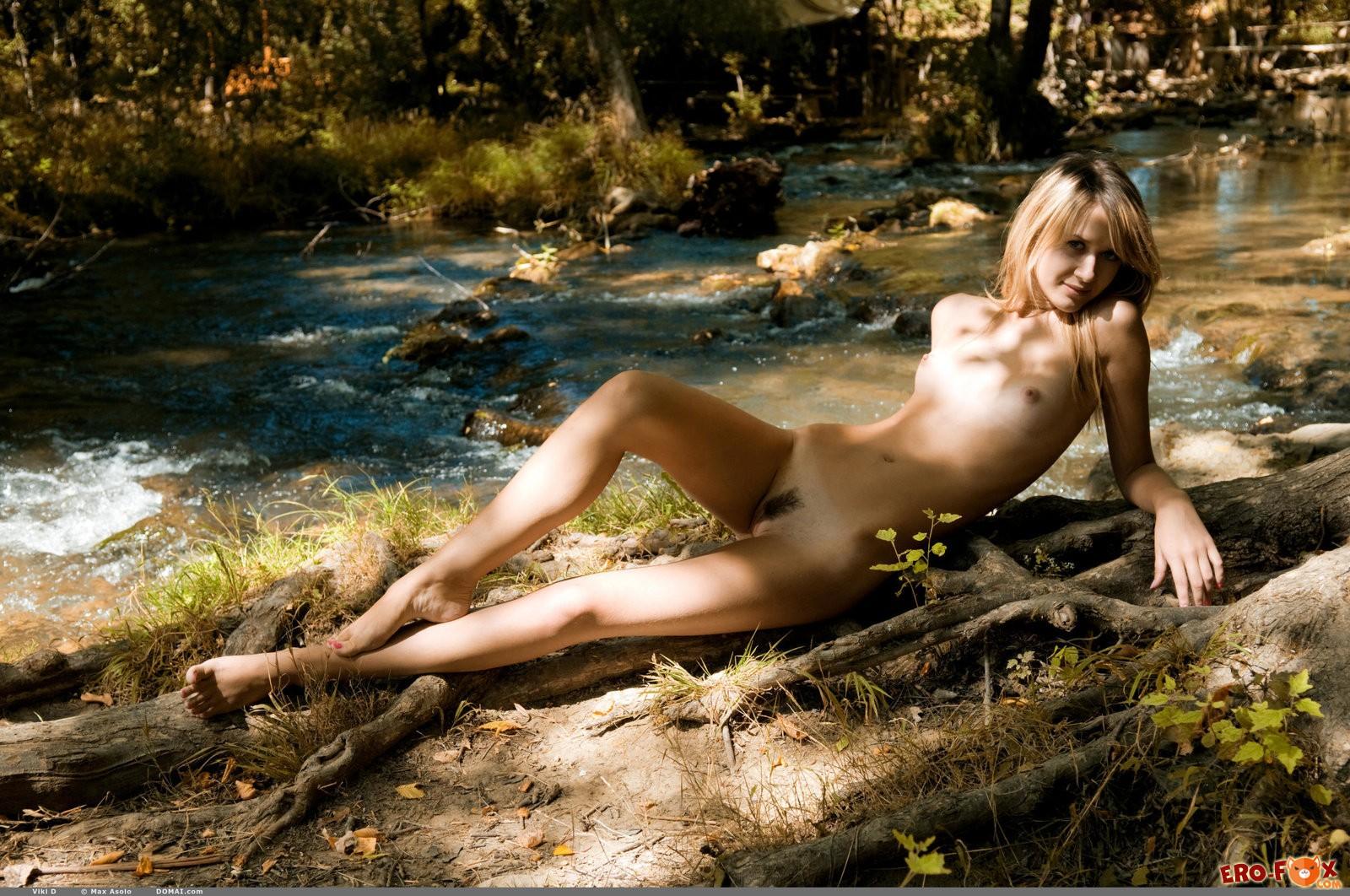 Сексуальная худышка разделась в лесу