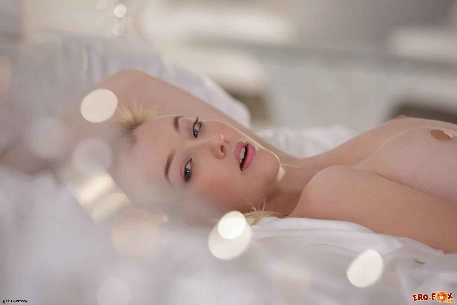 Девушка в постели с вибратором ласкает письку