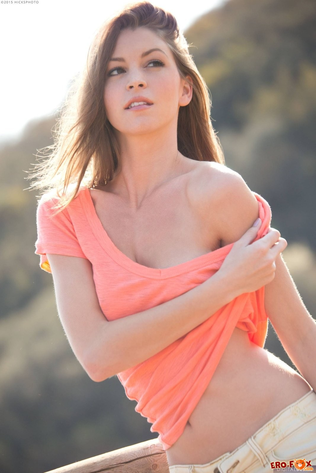 Шикарная девушка с красивой грудью и попкой