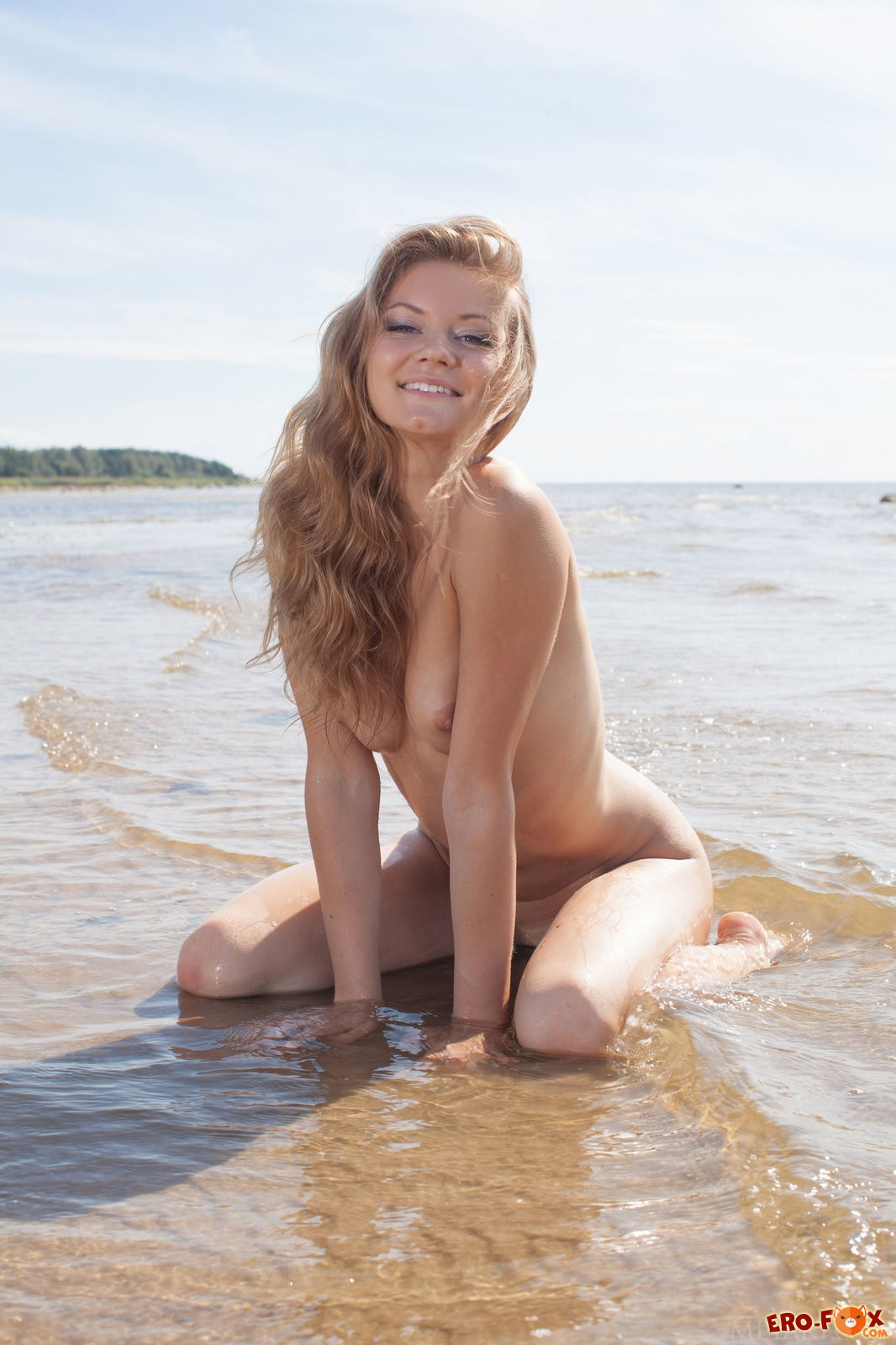 Сексуальная голая красотка купается на пляже