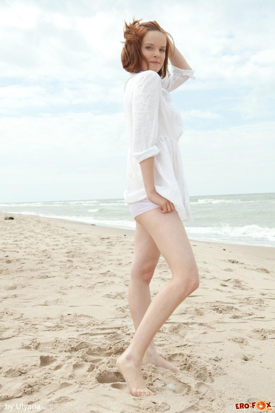 Рыжая с волосатой киской голая на пляже