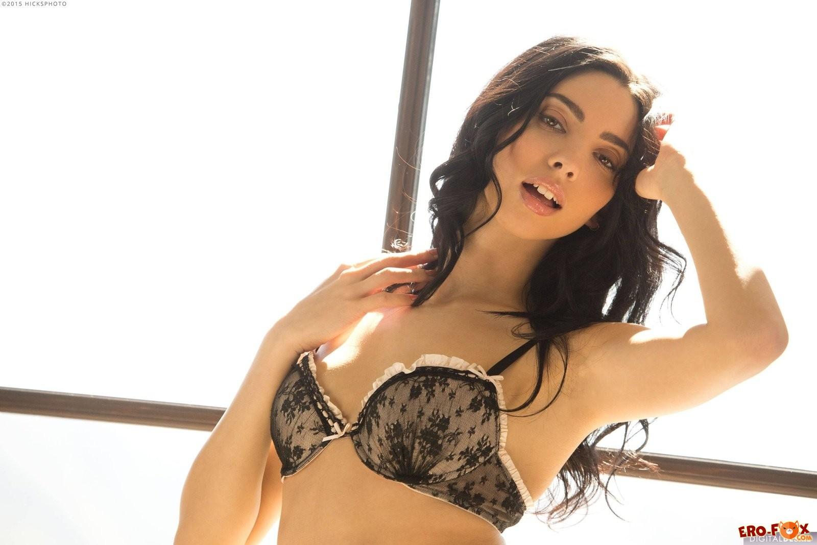 Сексуальная брюнетка в чёрном белье и чулках