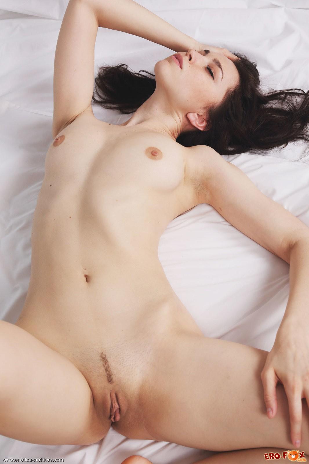Девушка сняла трусики и пеньюар в постели