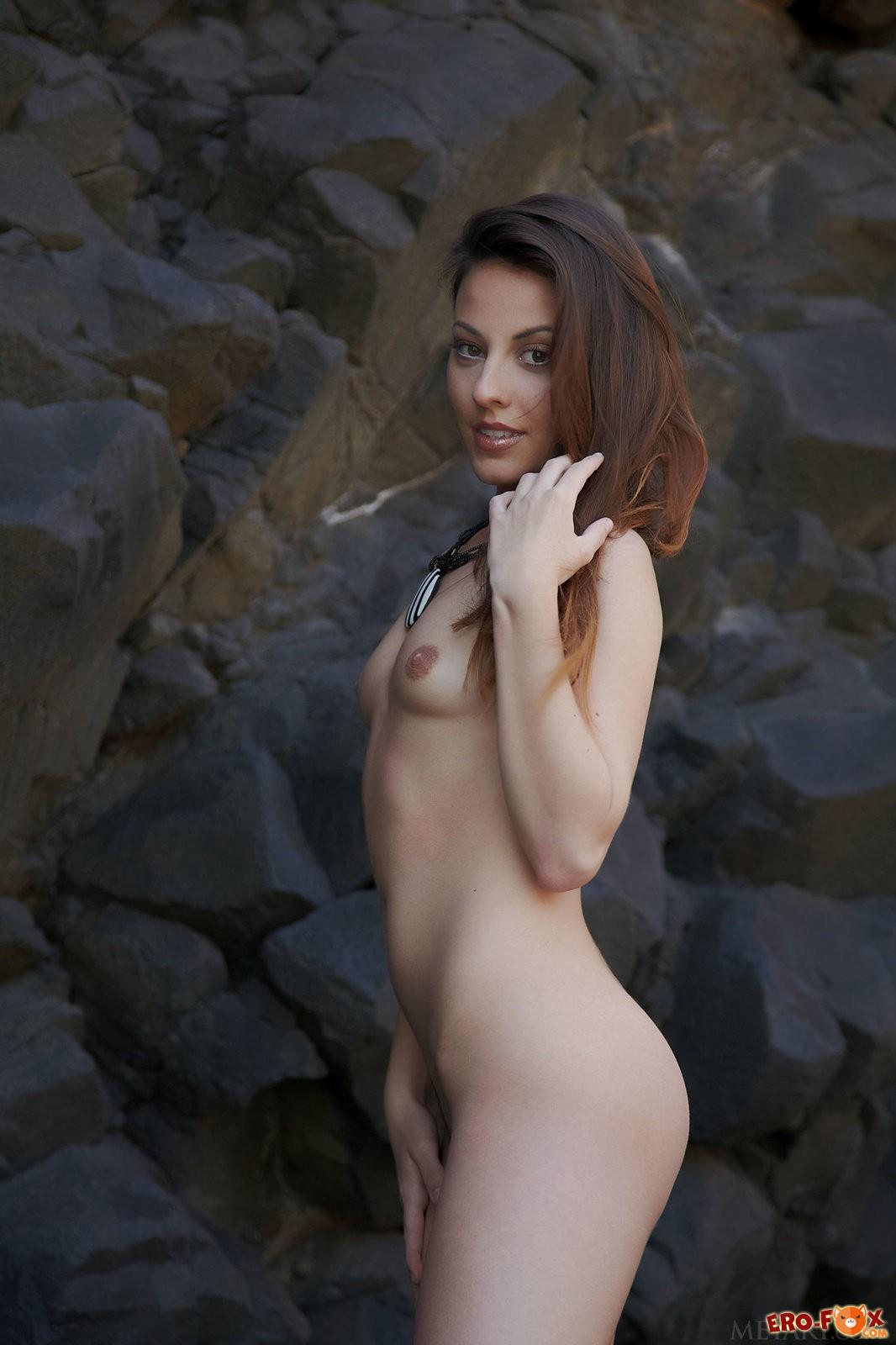 Худая голая красотка на скалах