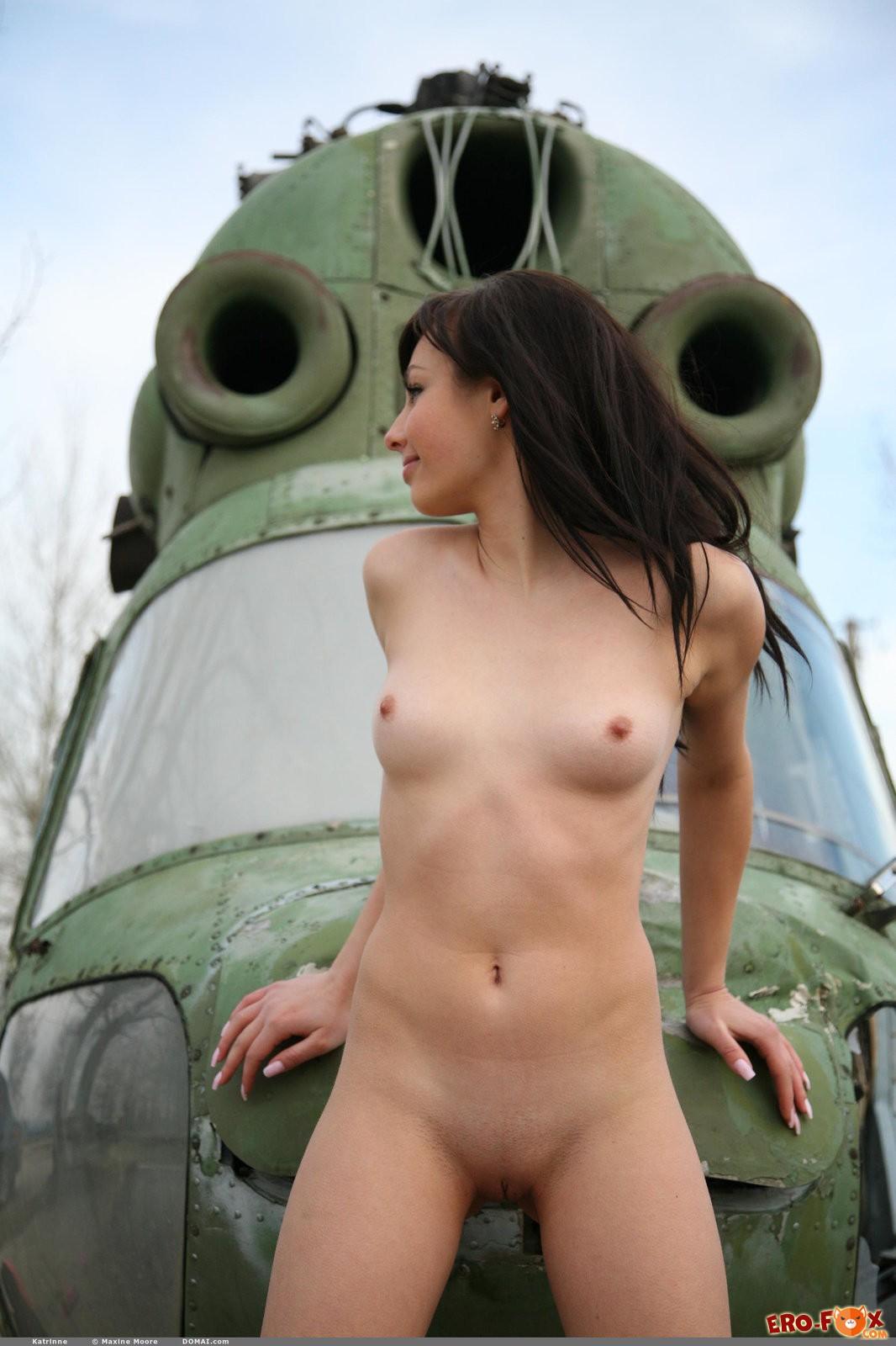 Голая русская брюнетка с упругими сиськами