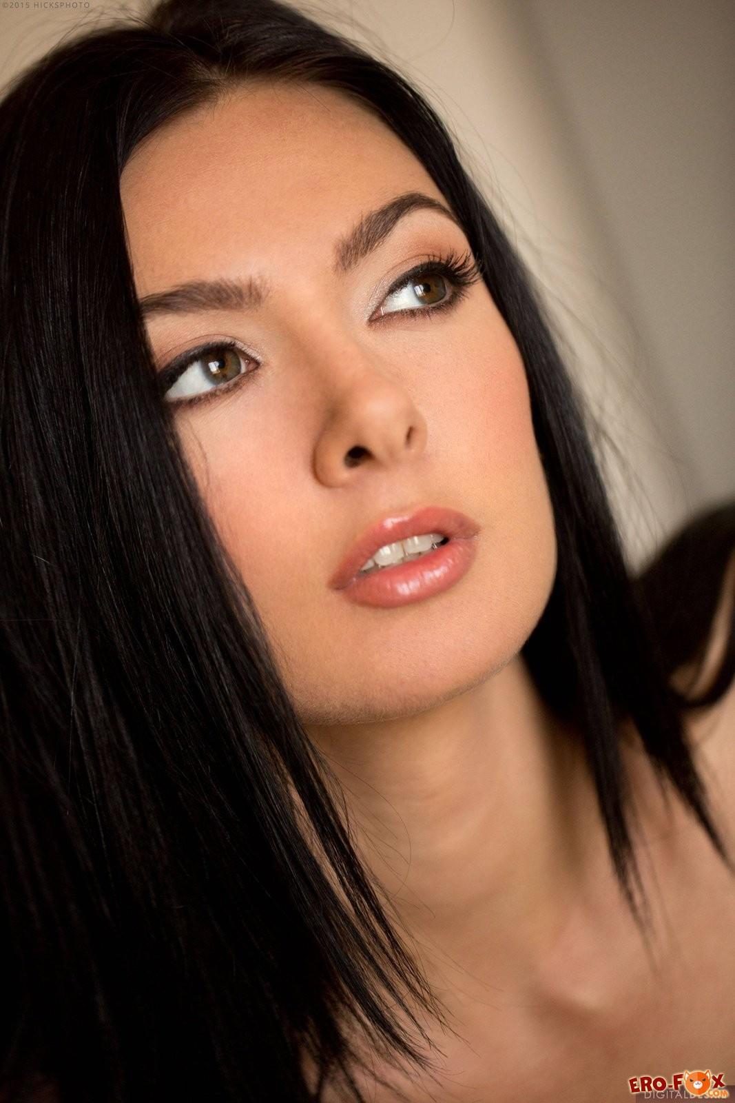 Сексуальная брюнетка сняла белое бельё