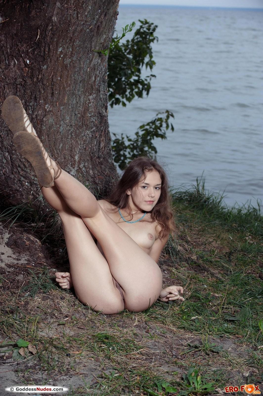 Девушка с маленькой грудью разделась на природе