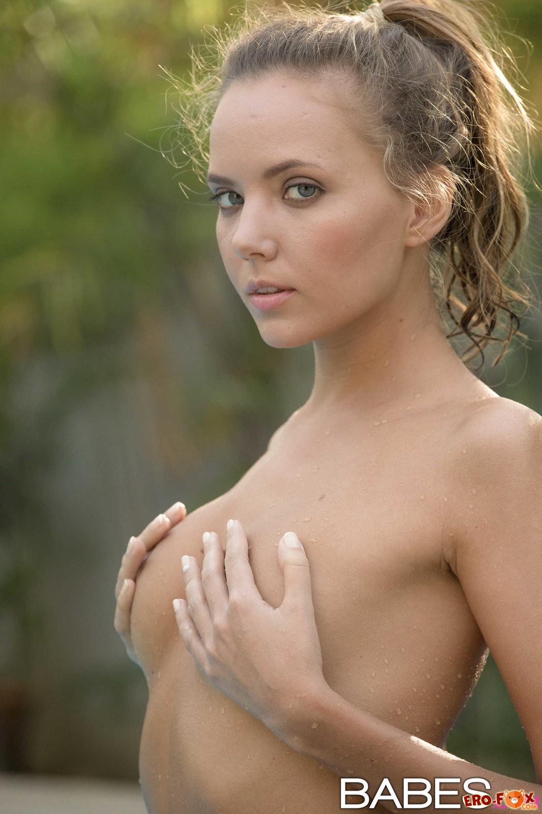 Красивая голая девушка купается в бассейне