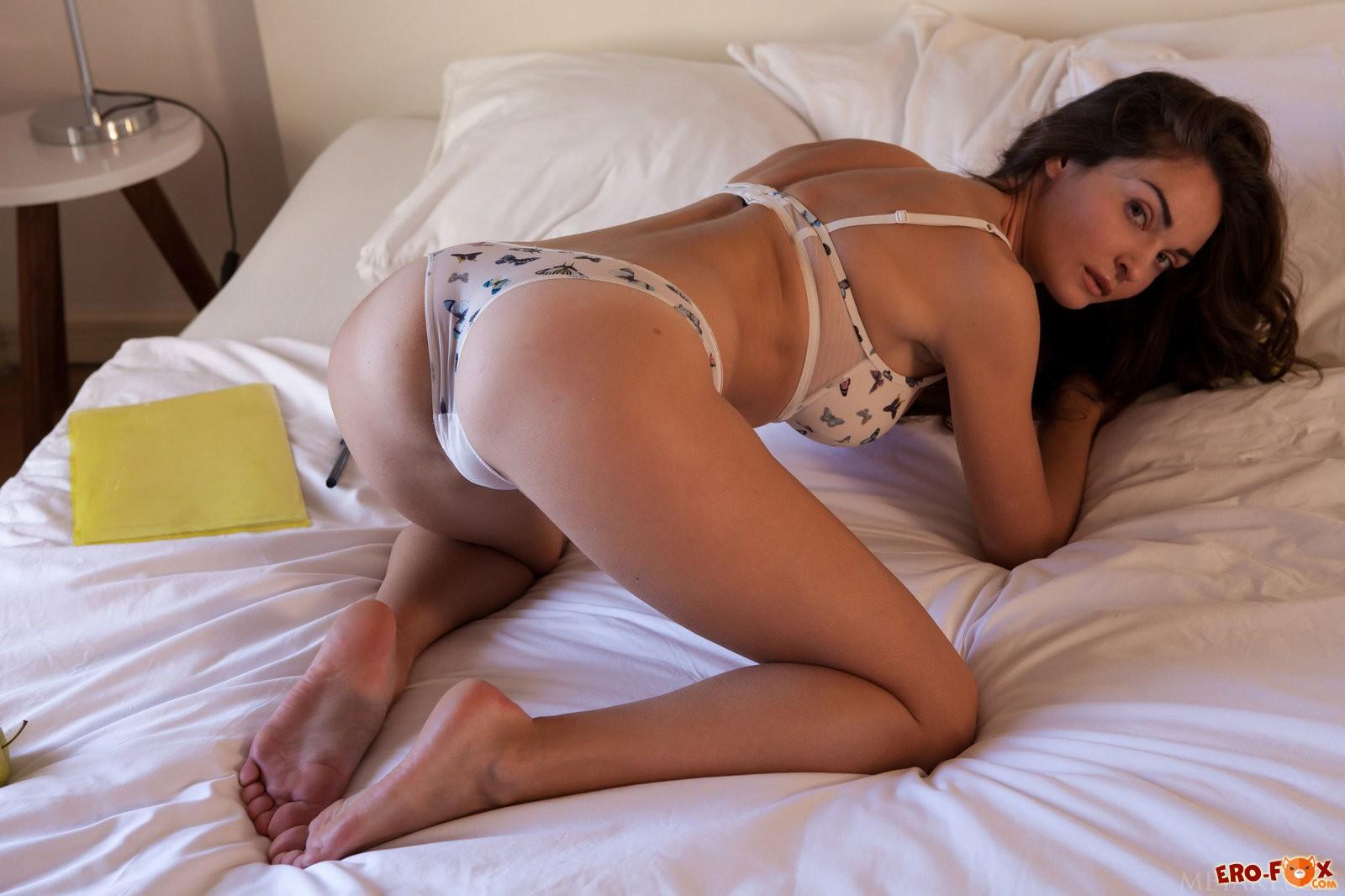 Девушка снимает сексуальное нижнее бельё