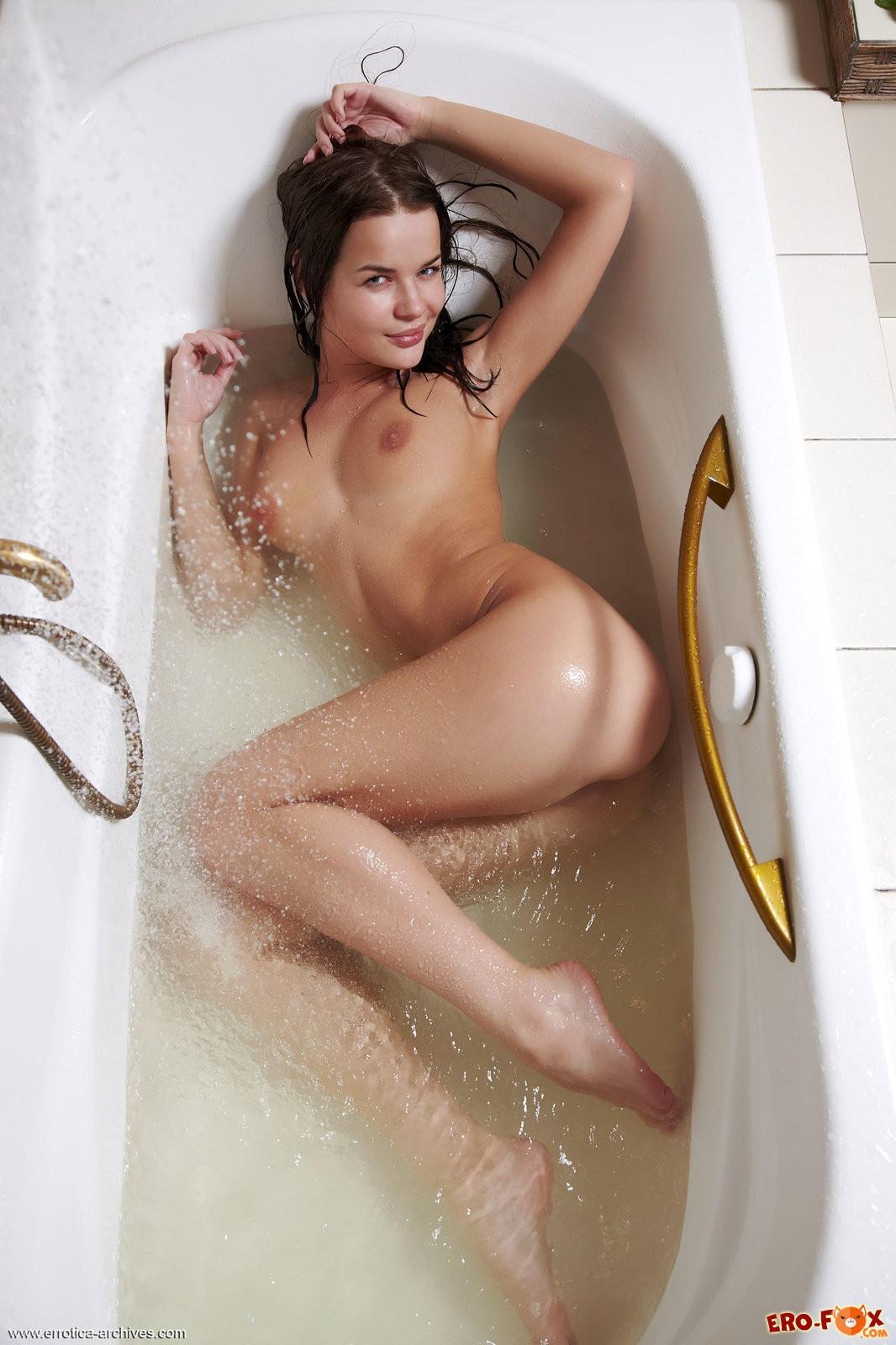 Мокрая девушка моется в ванной