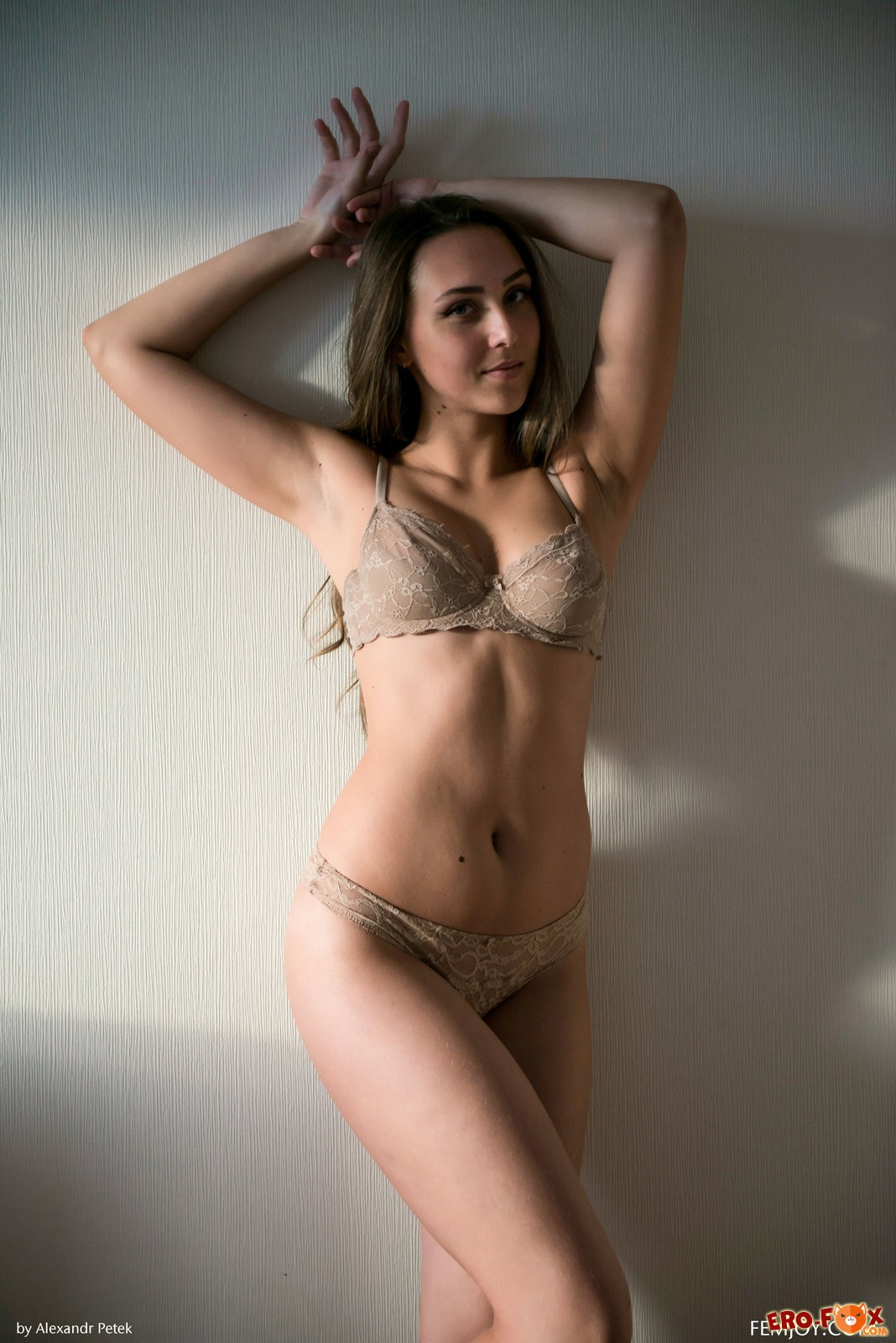 Аппетитная голая девка сняла нижнее бельё