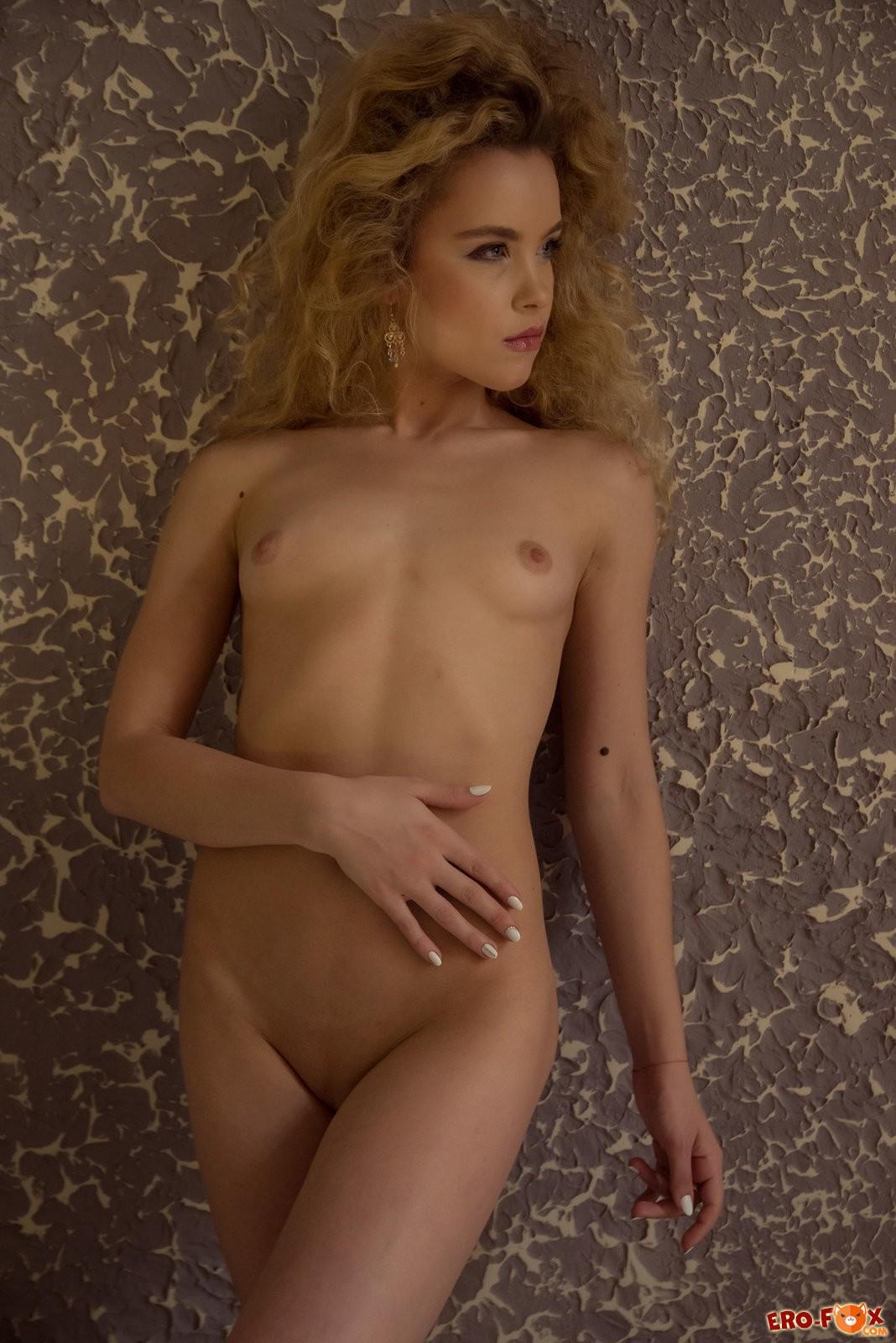 Кудрявая голая девушка в номере мотеля