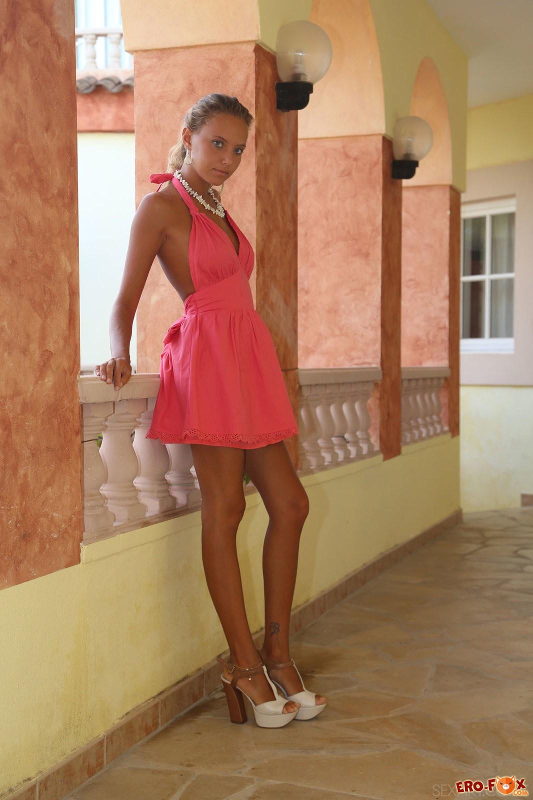 Красотка гуляет без трусиков под платьем