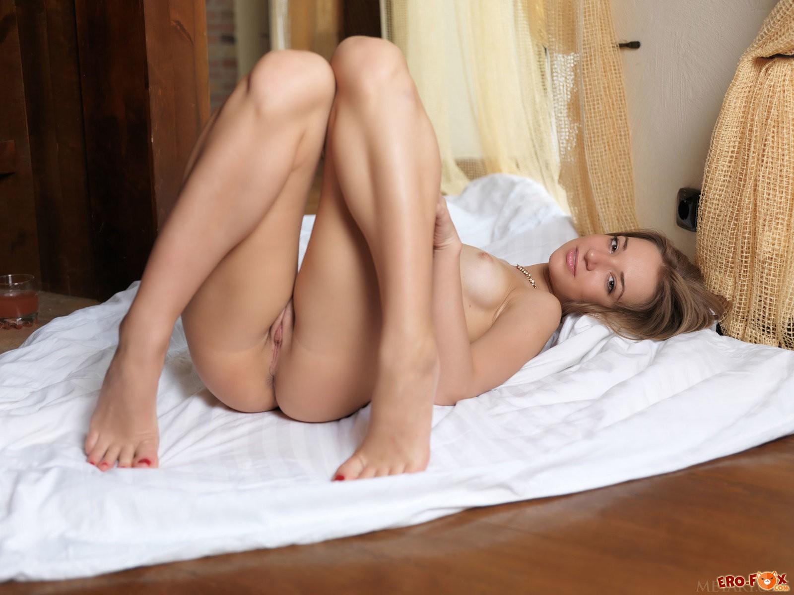 Сексуальная блондинка снимает колготки