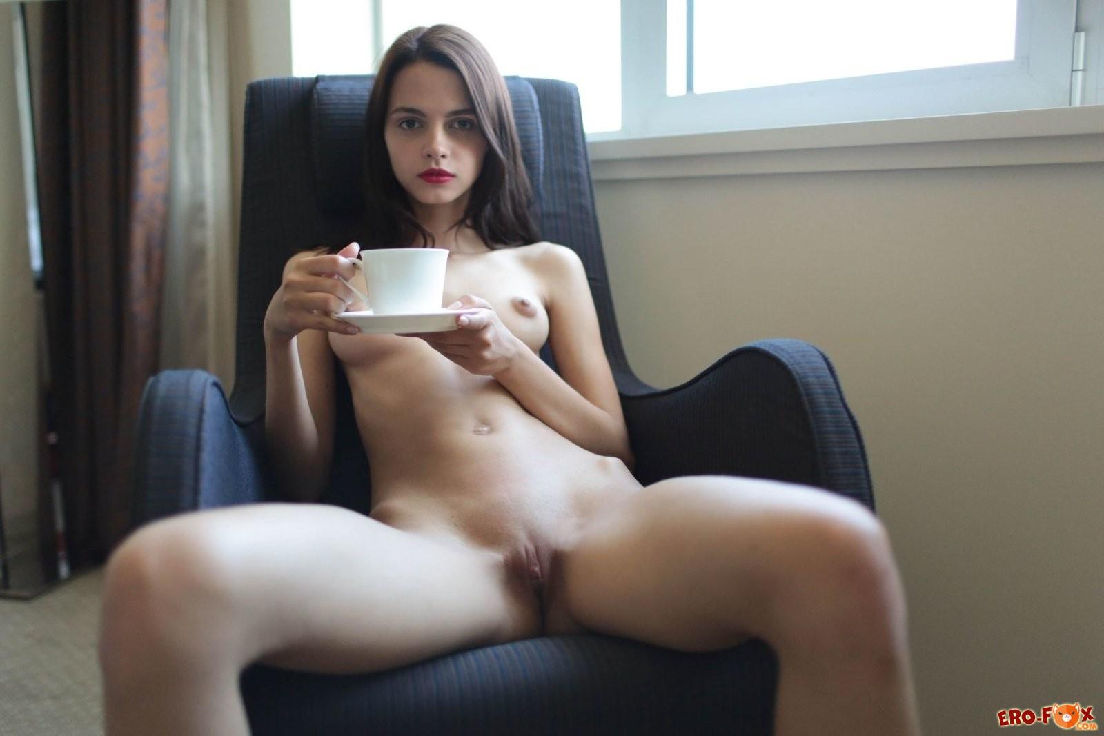 Голая худышка пьёт чай в кресле » Эротикасмотреть лучшую фото эротику бесплатно.