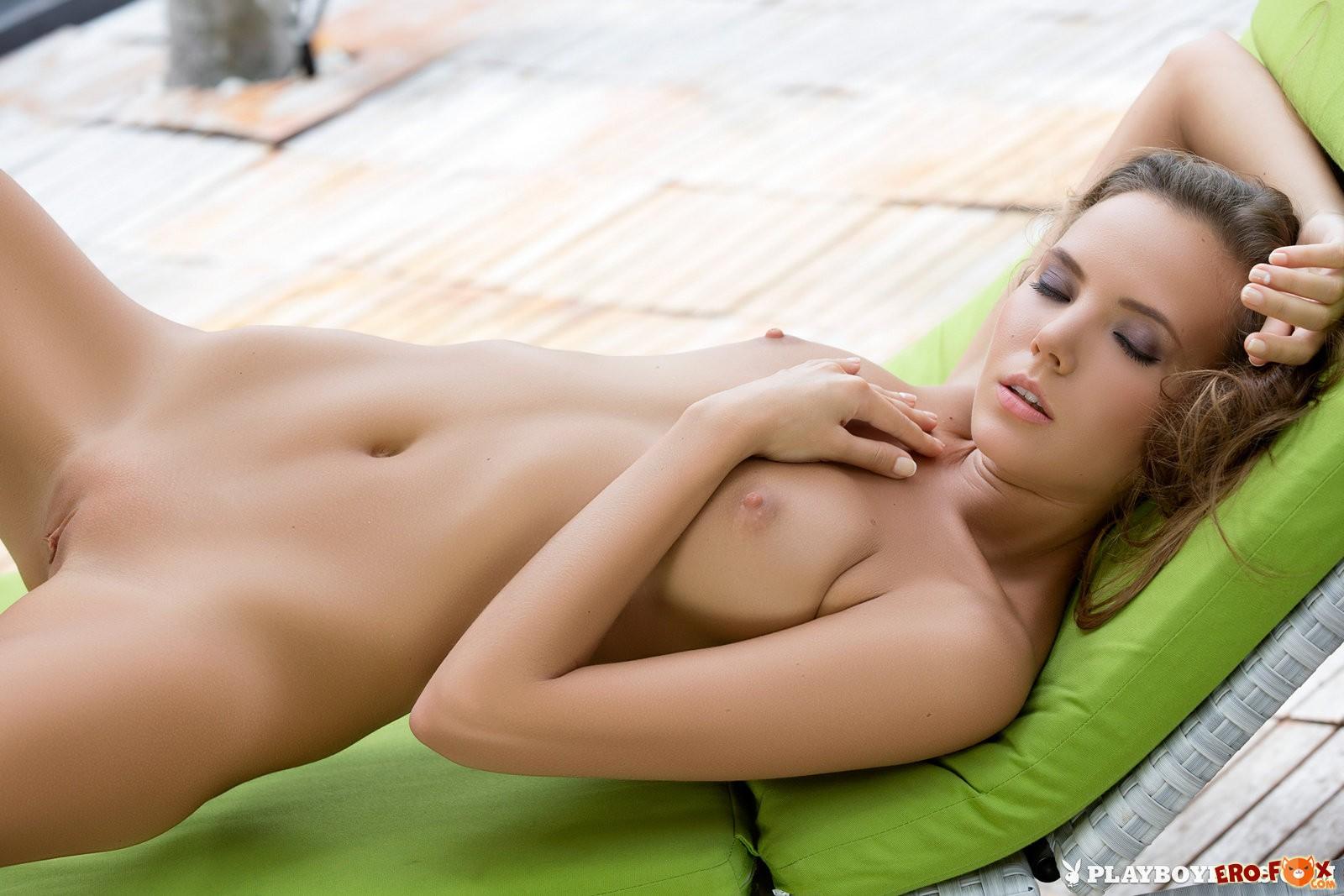 Молодая блондинка плейбой без трусиков