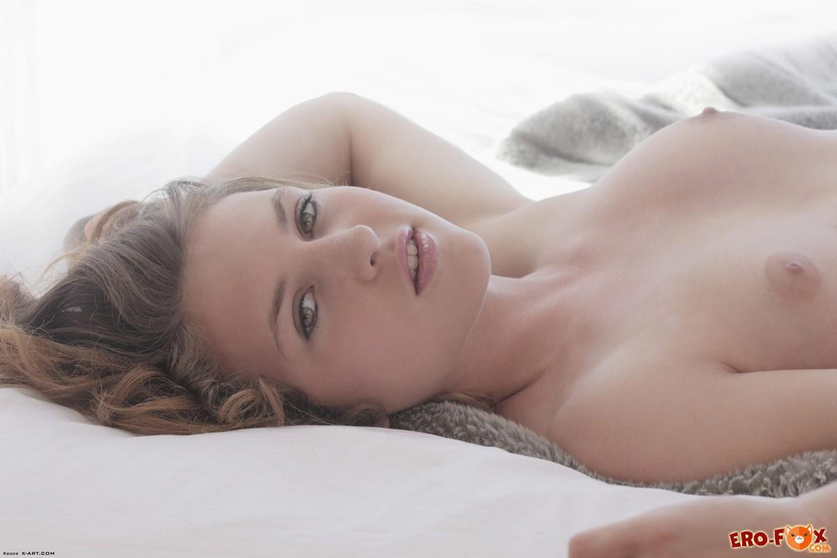 Девушка нежится в постели