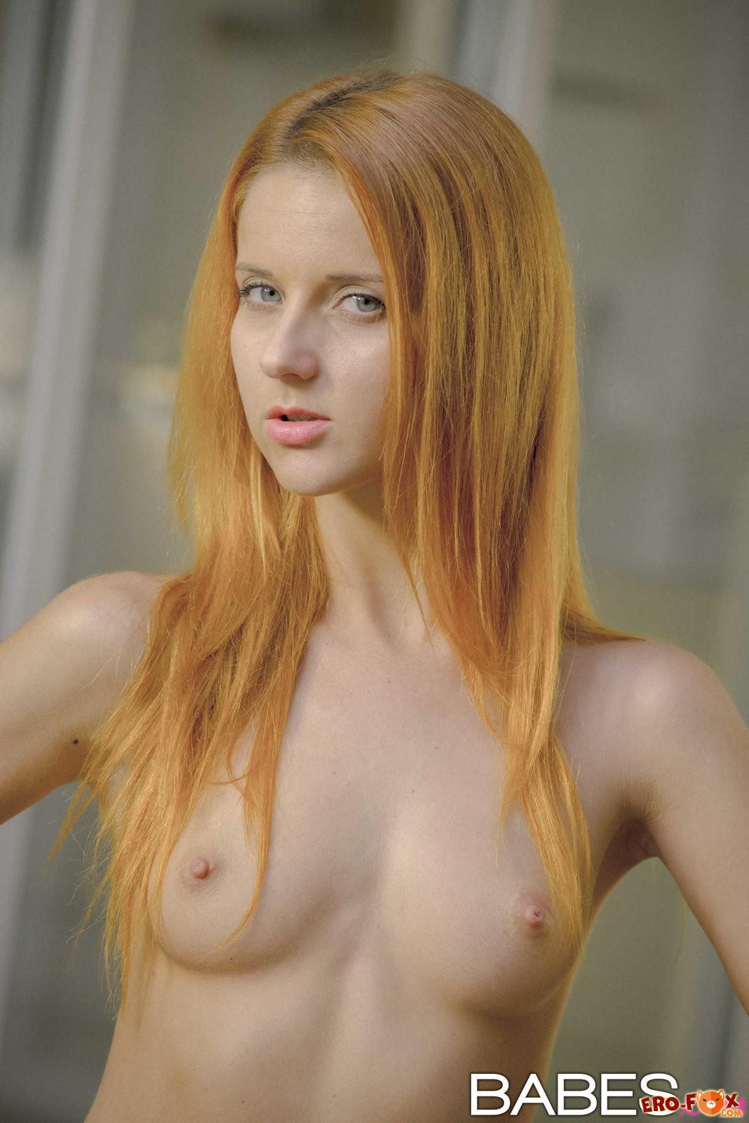 Молодая рыжая сучка разделась до гола