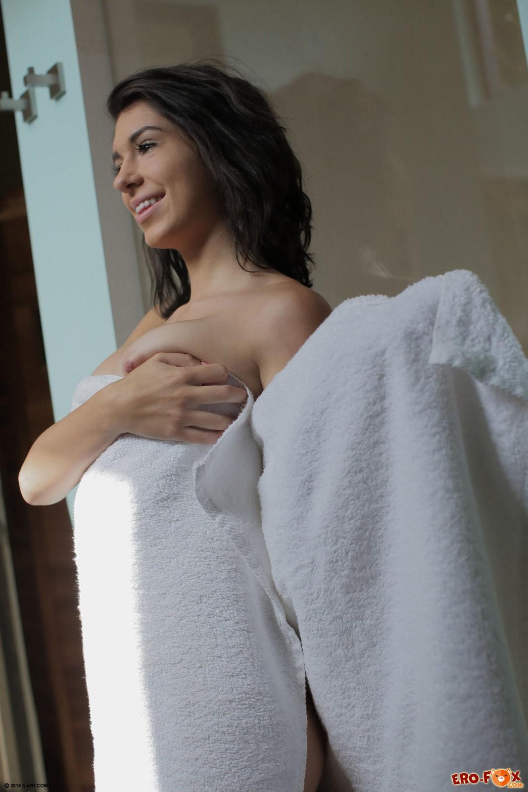 Молодая голая девушка в сауне ласкает киску .