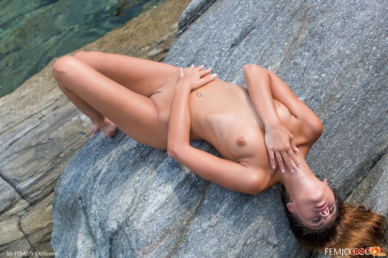 Красивая девушка сняла купальник на море .