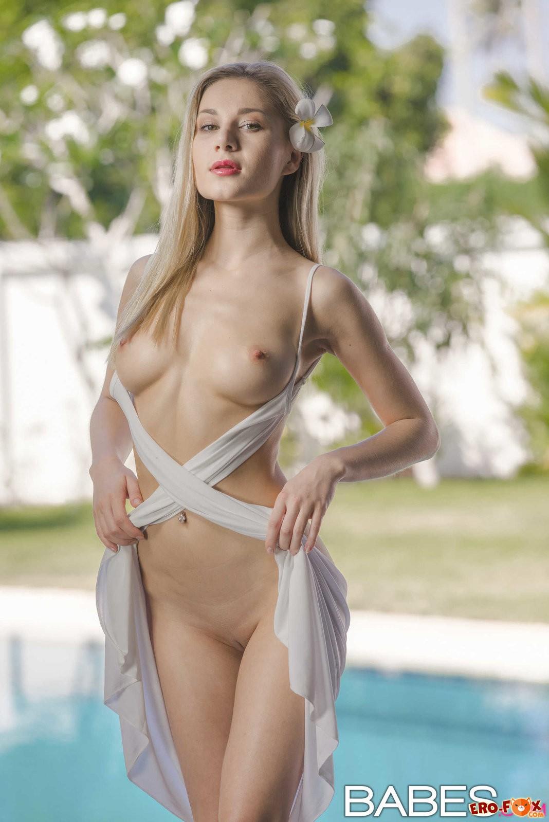 Элегантная блондинка сняла платье