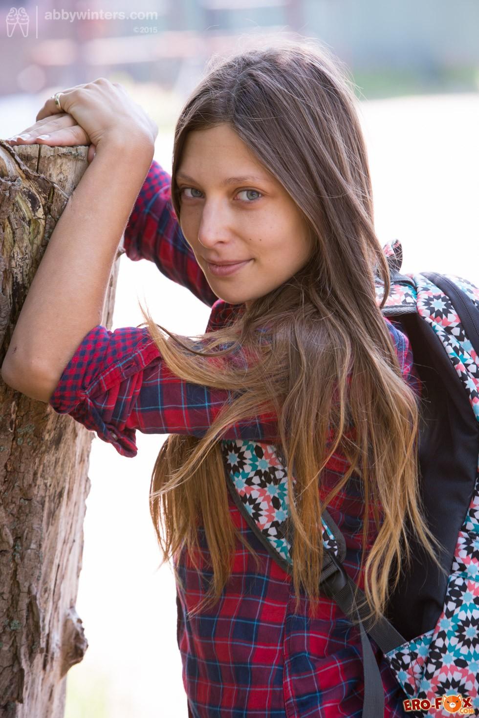 Девушка в расстёгнутой рубашке без трусиков