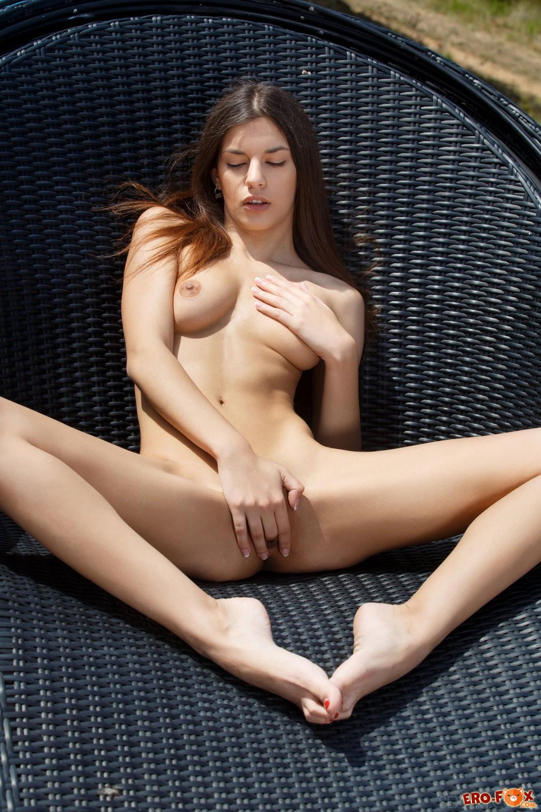 Красивая девушка снимает купальник возле бассейна .