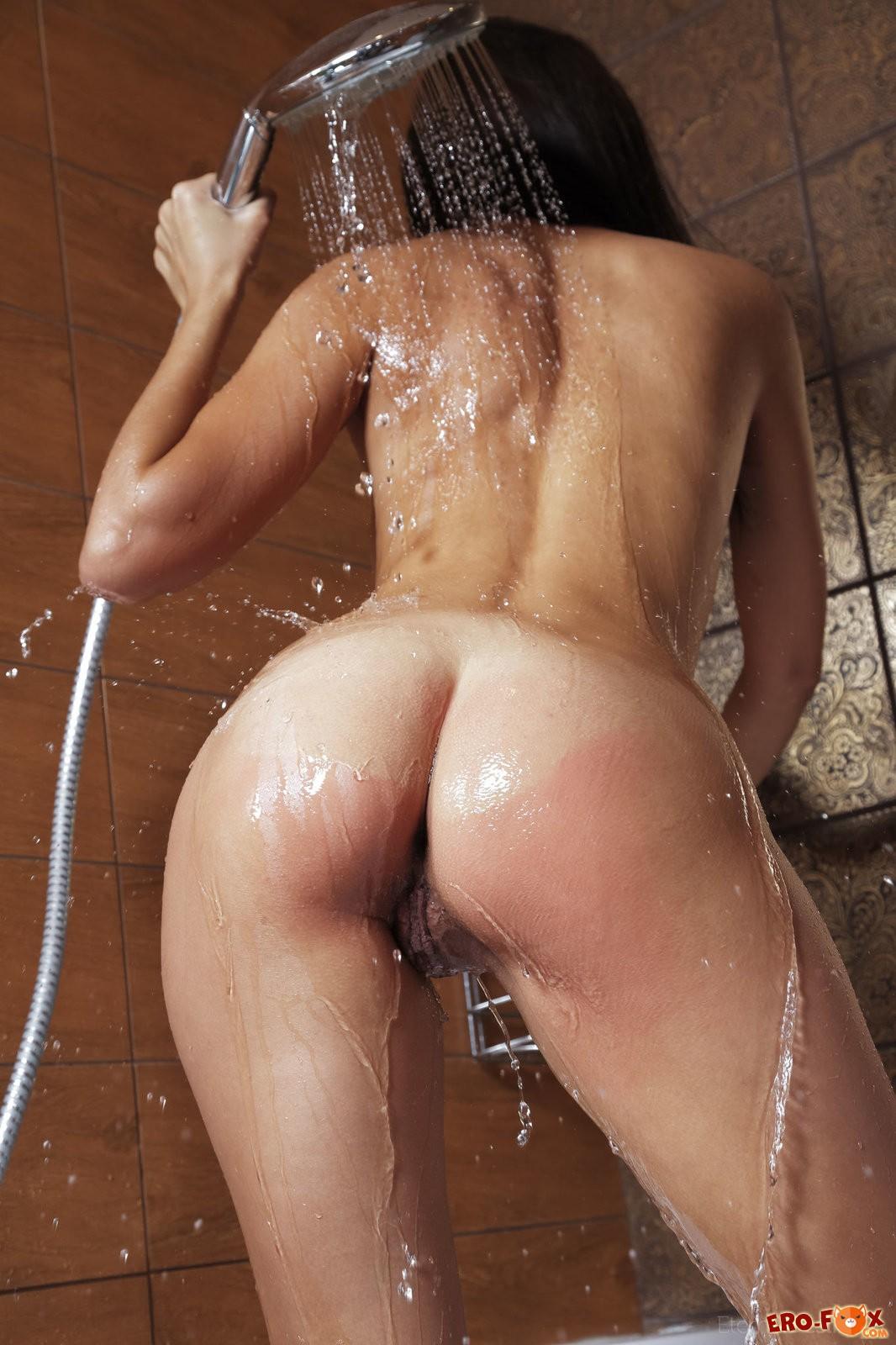 Брюнетка моется в душе, голая