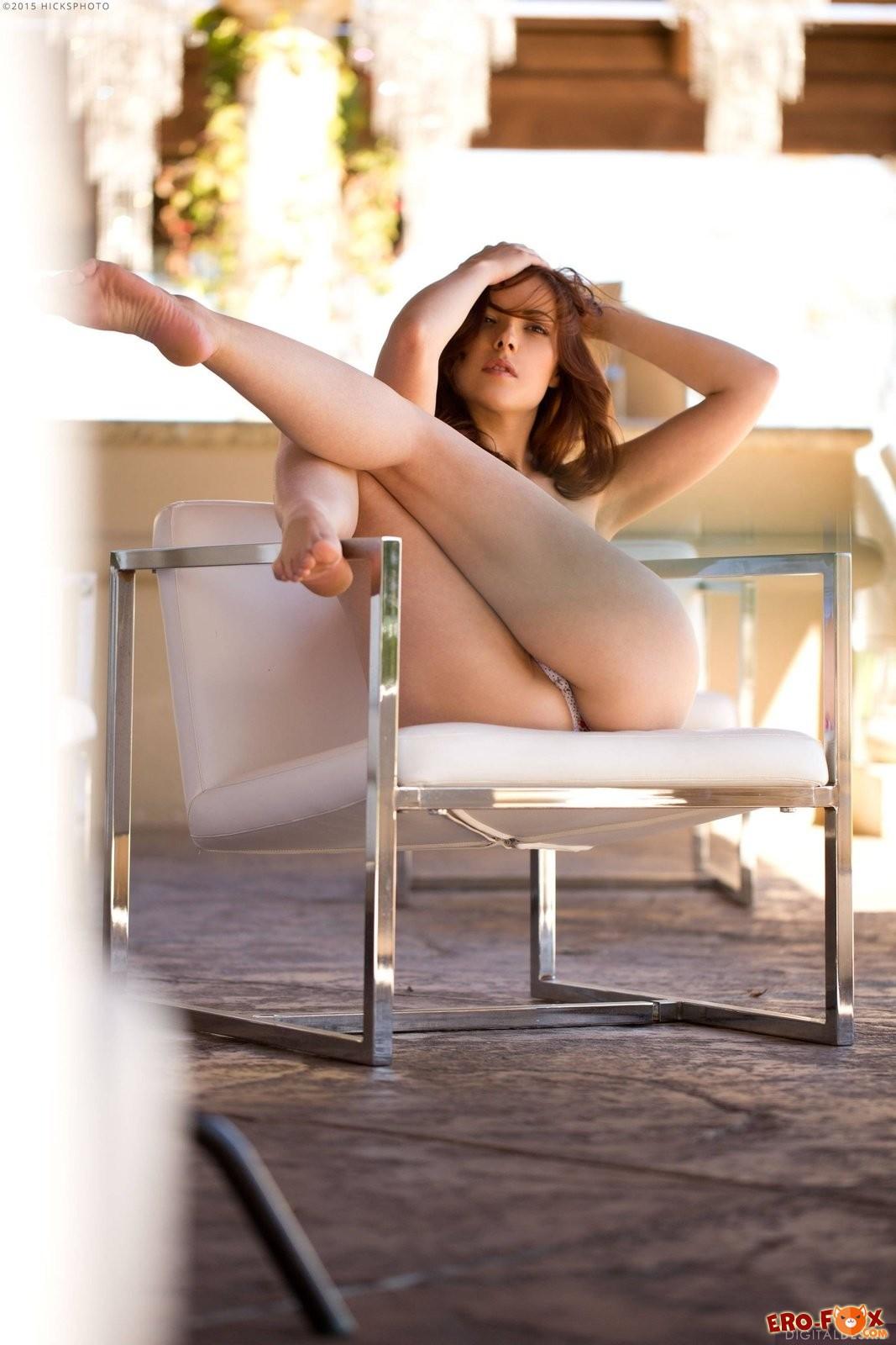 Девушка в майке без трусов, голая на диване .