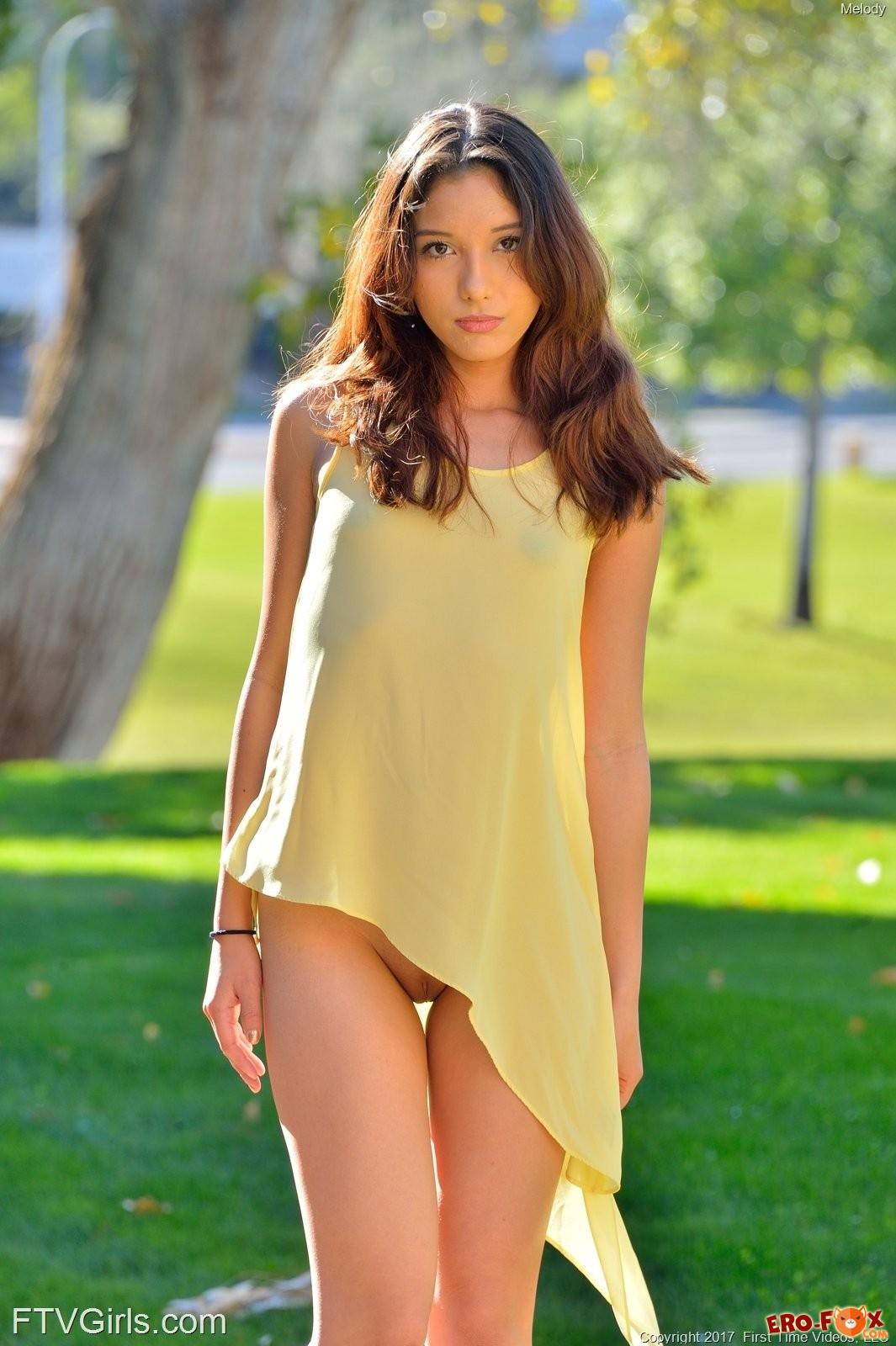 Молодая девка снимает трусики на улице .