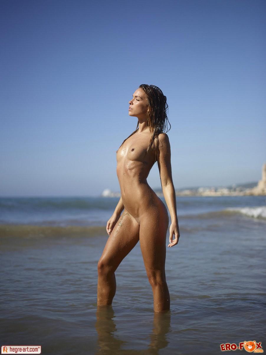 Ню фото на пляже с красивой женщинойголые девушки.